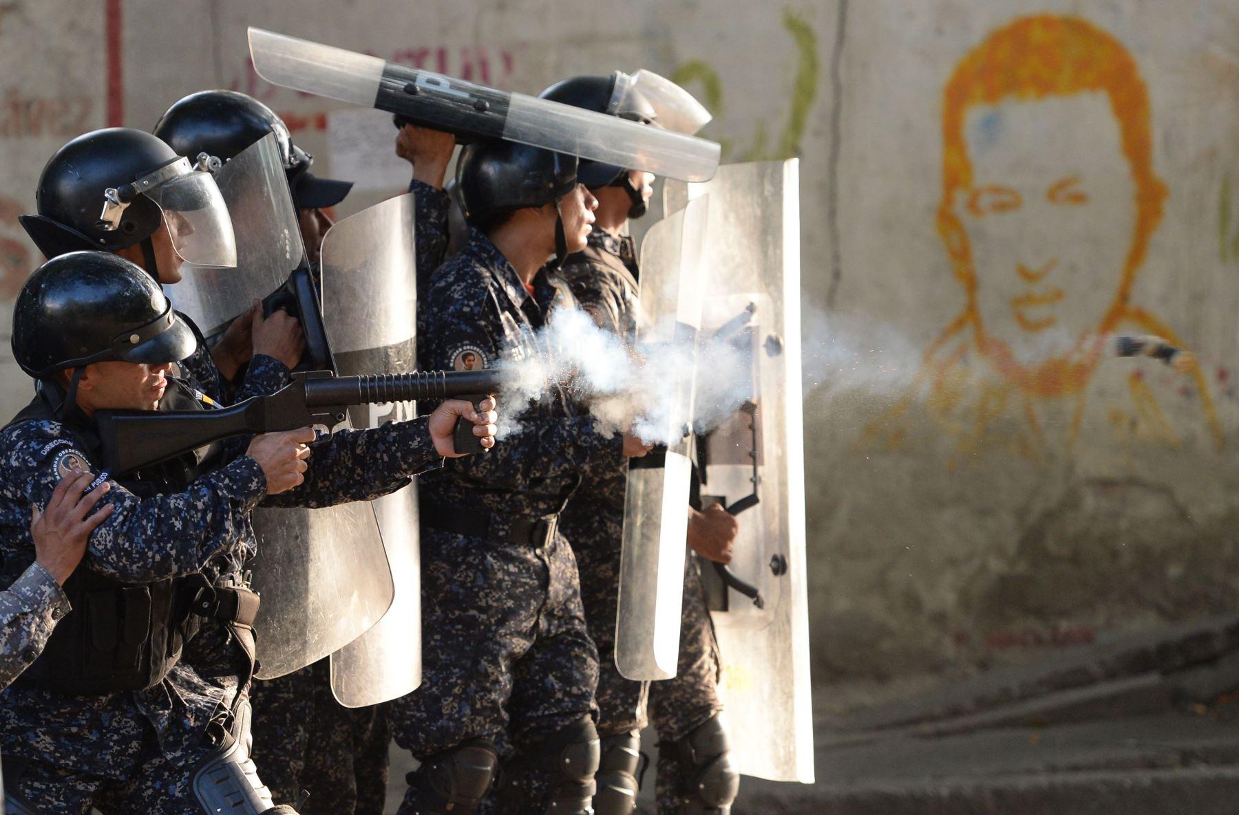 La policía antidisturbios se enfrentó con manifestantes antigubernamentales en el barrio de Los Mecedores, en Caracas. Foto: AFP.