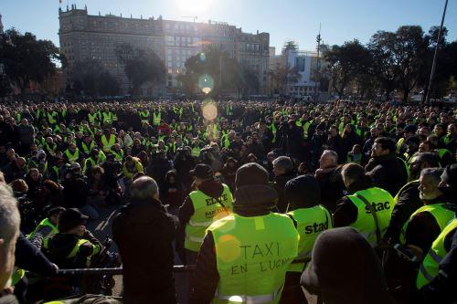 Vista general de la asamblea que los taxistas han celebrado en la plaza de Cataluña de Barcelona Foto: EFE