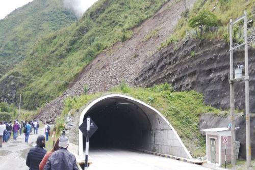 Un deslizamiento de lodo y piedras de considerable dimensión interrumpe el tránsito al inicio del túnel Yanango, en dirección Tarma - La Merced (Ruta PE 22B), km 77+100, en la región Junín, informó Provías Nacional.