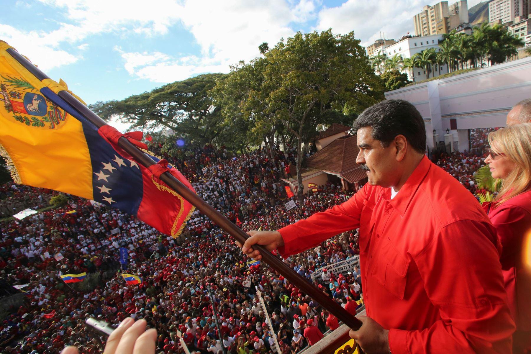 Foto de la presidencia venezolana que muestra hoy al presidente Nicolás Maduro agitando una bandera venezolana Foto: AFP
