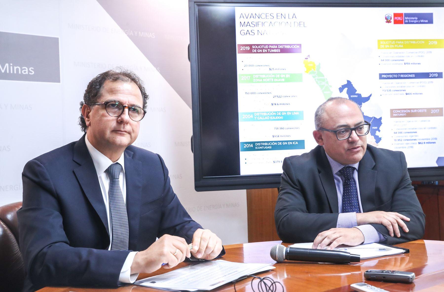 Ministro de Energía y Minas, Francisco Ísmodes y viceministro de Hidrocarburos, Eduardo Guevara. Foto: Cortesía.