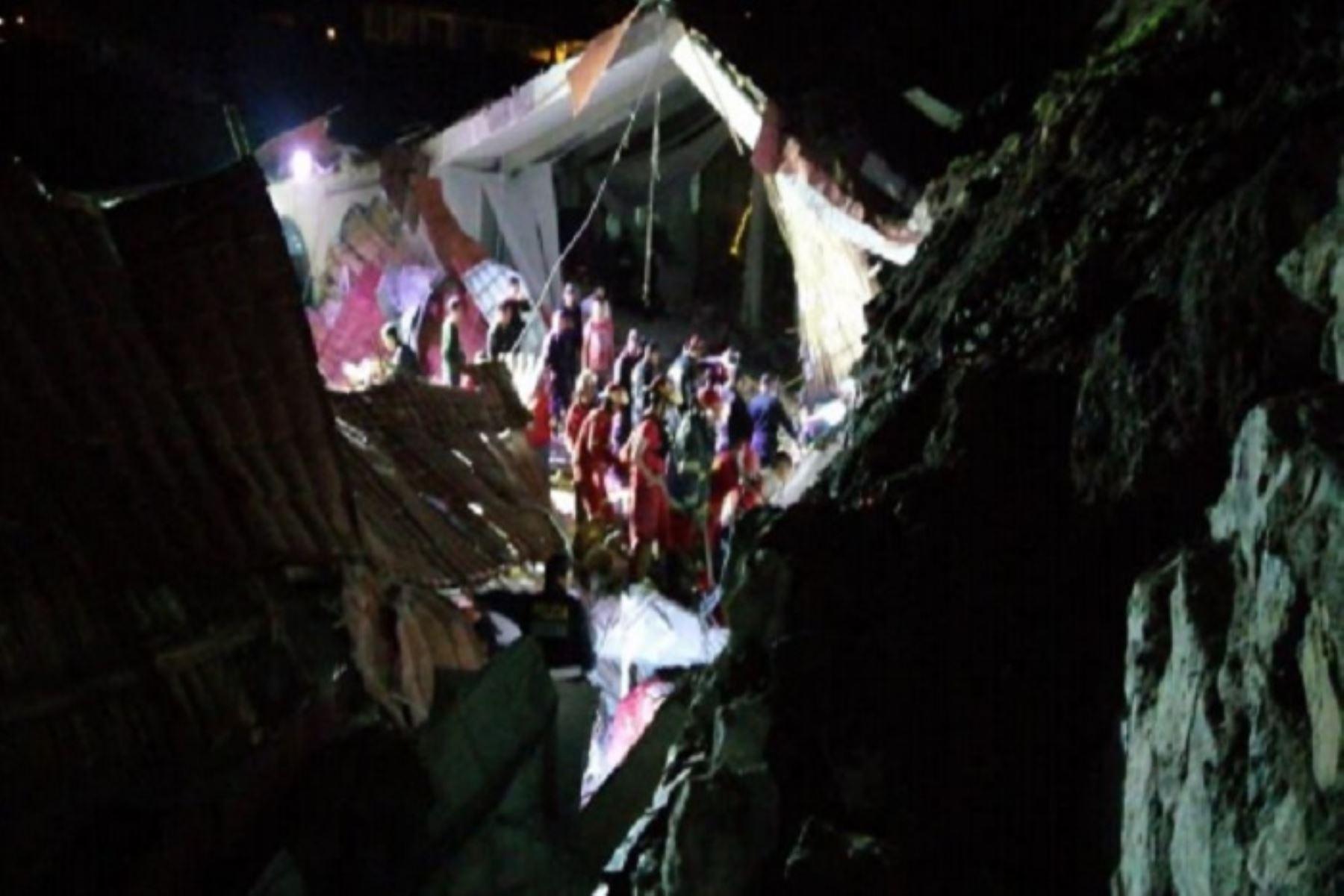El colapso de la pared y techo del Hotel Alahambra, cuando se llevaba a cabo un matrimonio en Abancay, región Apurímac, ha dejado hasta el momento 15 muertos y 30 heridos, informó el jefe del Instituto Nacional de Defensa Civil, (Indeci), Jorge Chávez.