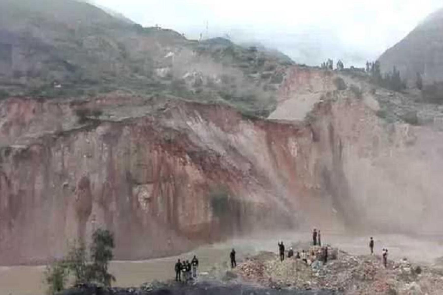 El Centro de Operaciones de Emergencia Regional (COER) de Áncash, reportó hoy deslizamientos de un cerro que vienen cayendo en la margen izquierda del río Santa, en el sector del Puente La Carbonera, en la ciudad de Caraz, provincia de Huaylas.