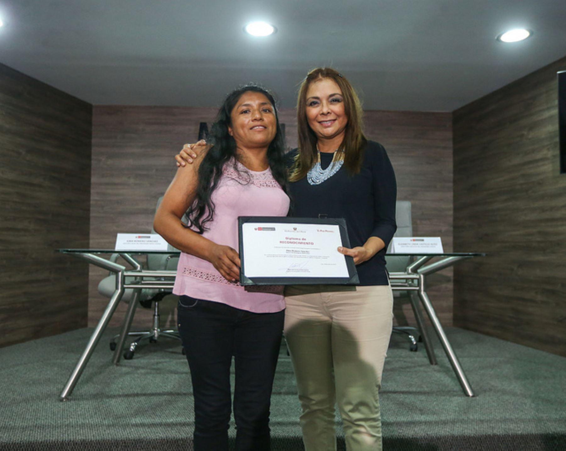 Titular del Midis reconoce a la gestora del programa Juntos, Ilma Romero Sánchez por su actitud valerosa en la lucha contra la violencia hacia la Mujer.