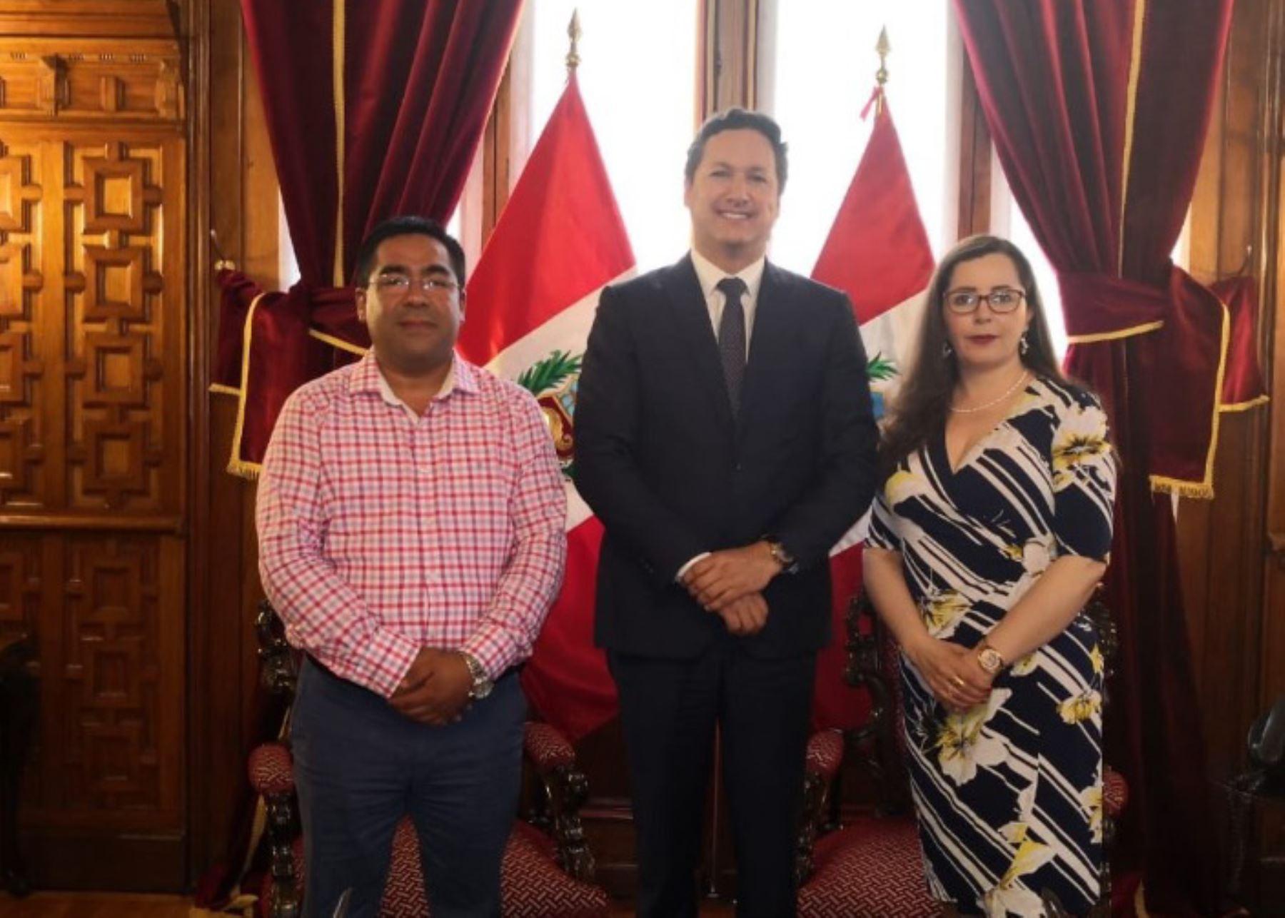 Presidente del Congreso, Daniel Salaverry, junto a parlamentarios Rosa Bartra y Alberto Oliva.