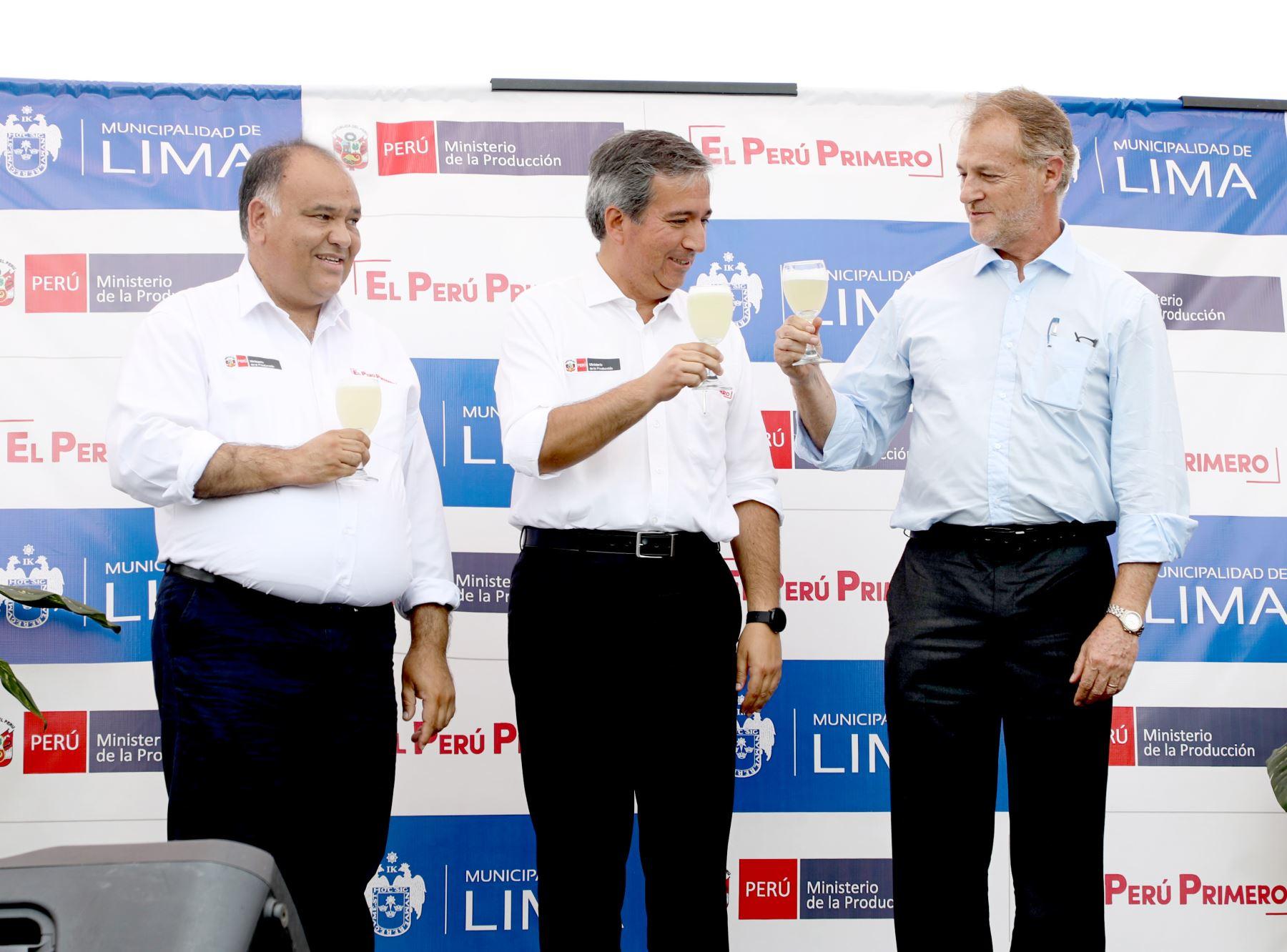 Ministro Raúl Pérez-Reyes inaugura Festival del Pisco Sour en Alameda Chabuca Granda