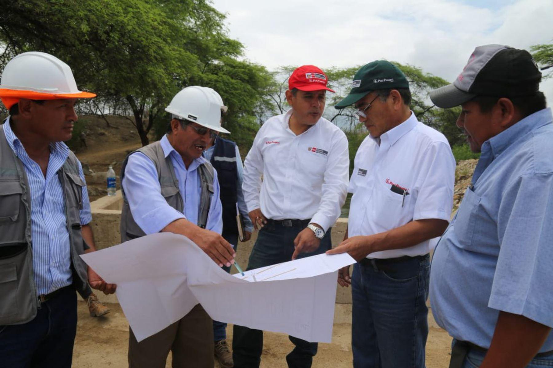 El ministro de Agricultura y Riego, Gustavo Mostajo supervisó hoy las obras de reconstrucción que efectúa su sector en Piura, comprobando el avance de estas y su pronta culminación en abril y otras en junio de este año.