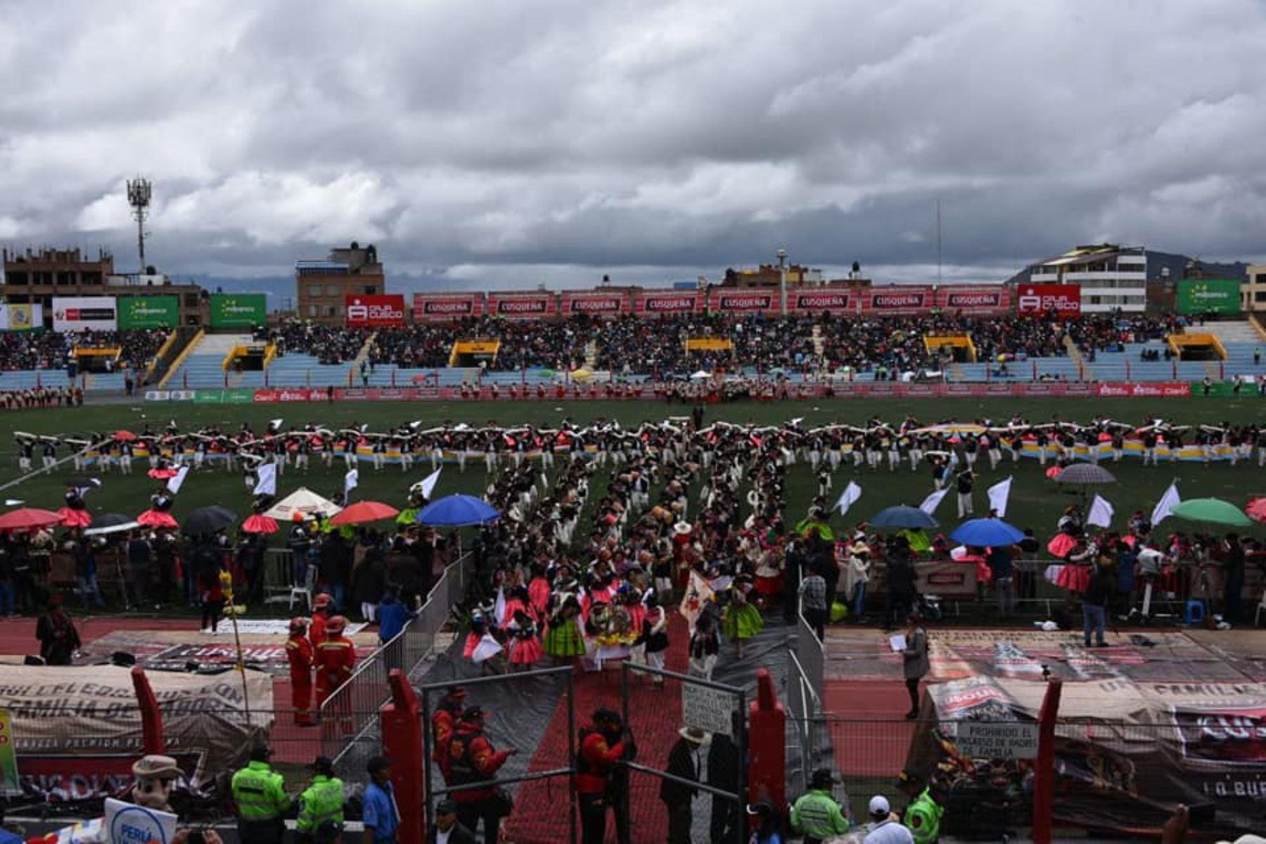 En el estadio monumental Enrique Torres Belón bailarán 112 conjuntos en el LV Concurso de Danzas Típicas y Nativas (autóctonas) en honor a la Virgen de la Candelaria. Foto: Facebook del Gobierno Regional de Puno