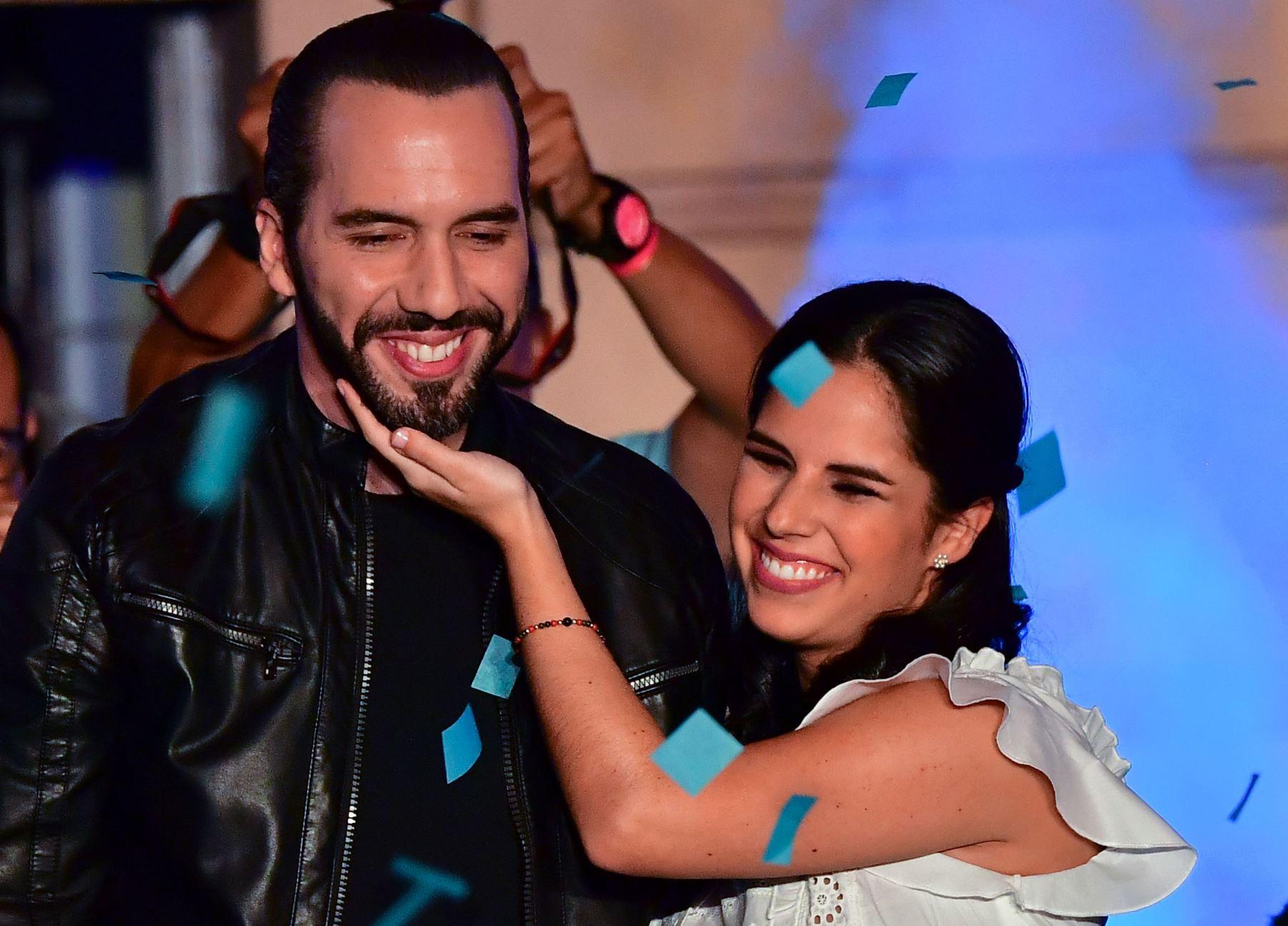 El candidato presidencial de El Salvador, Nayib Bukele, de la Gran Alianza Nacional (GANA), celebra junto a su esposa Gabriela Rodriguez Foto: AFP