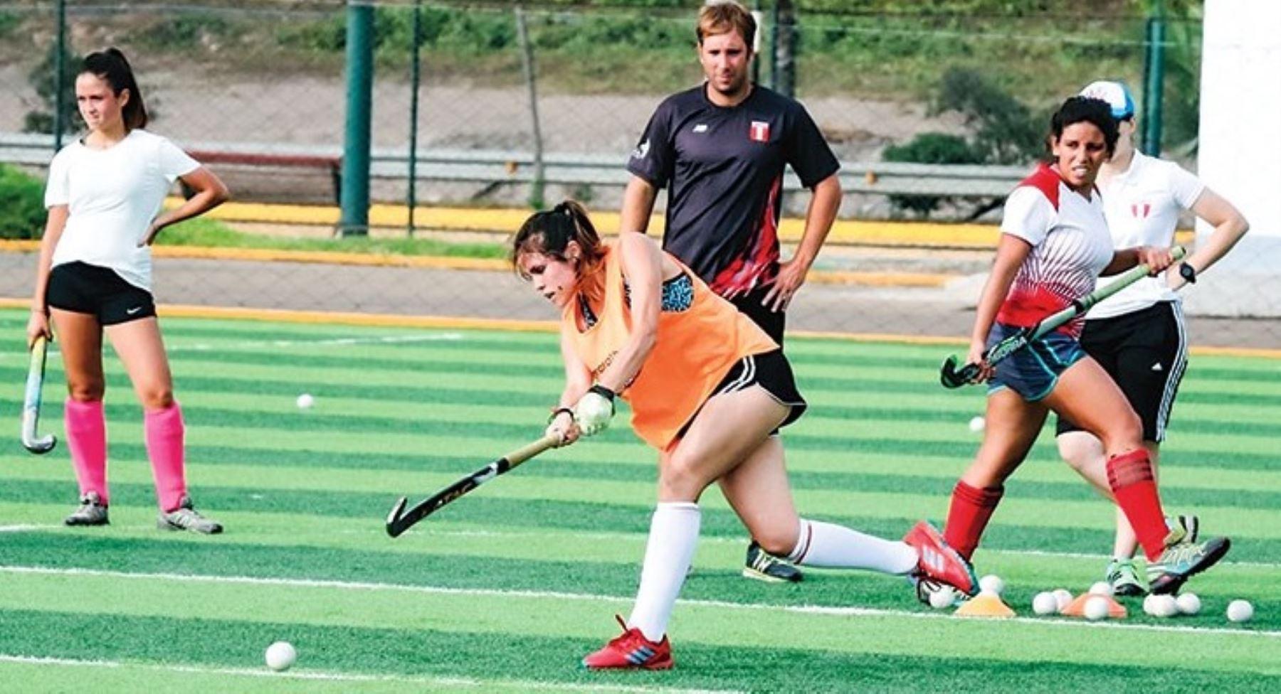 Selección de Hockey sobre césped de damas del Perú.