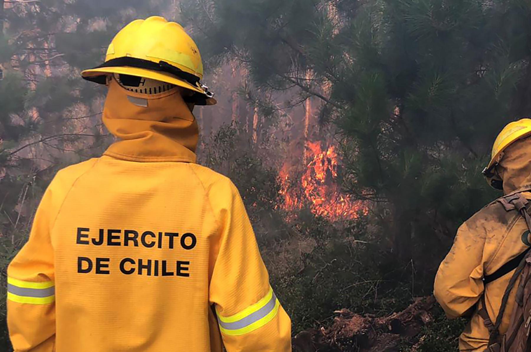 Soldados combatiendo incendios forestales alrededor de Carahue en la Región de la Araucanía Foto: EFE