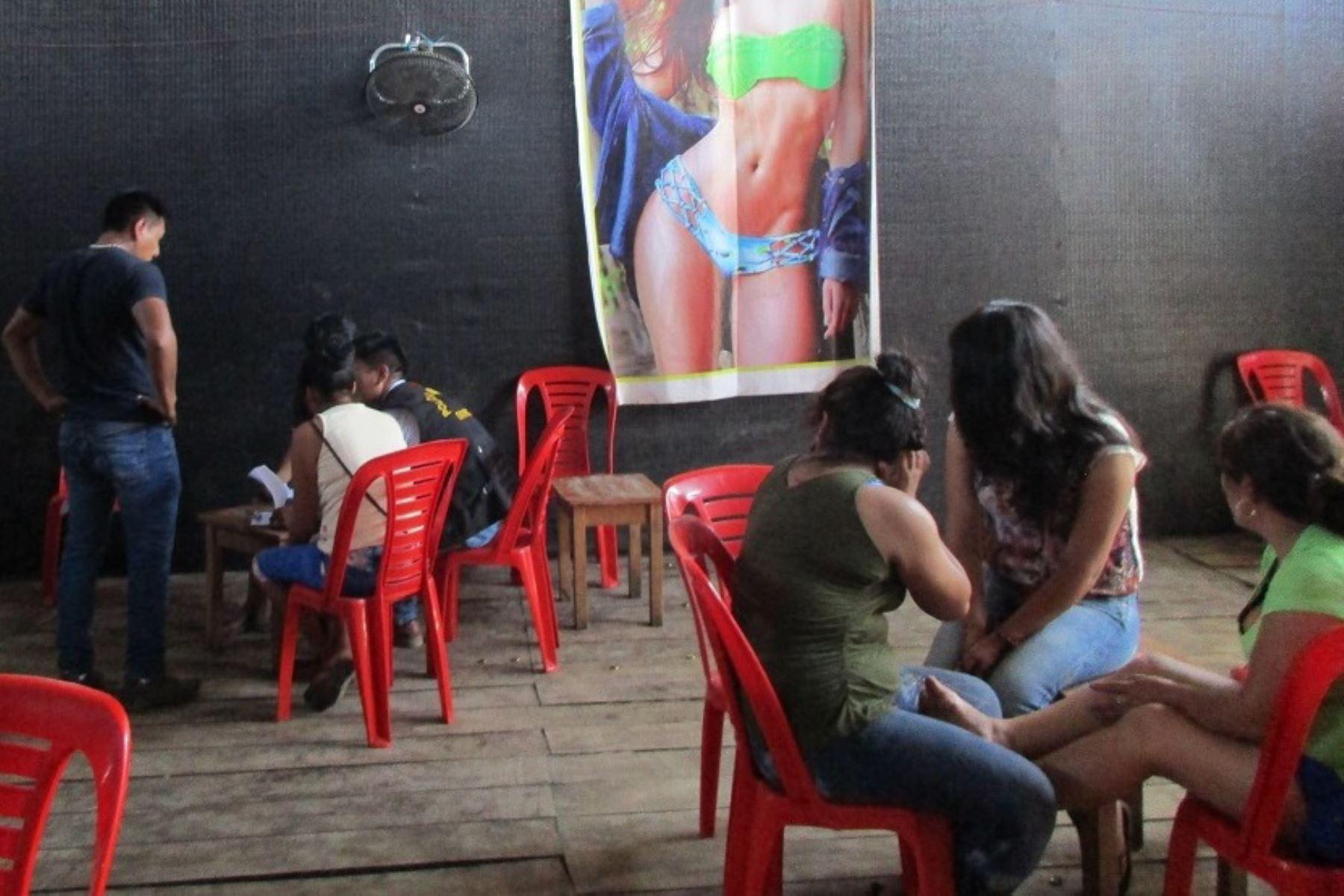 """Tres menores de edad que eran explotadas sexualmente en un bar de la zona de minería ilegal conocida como """"La Pampa"""", región Madre de Dios, fueron rescatadas."""