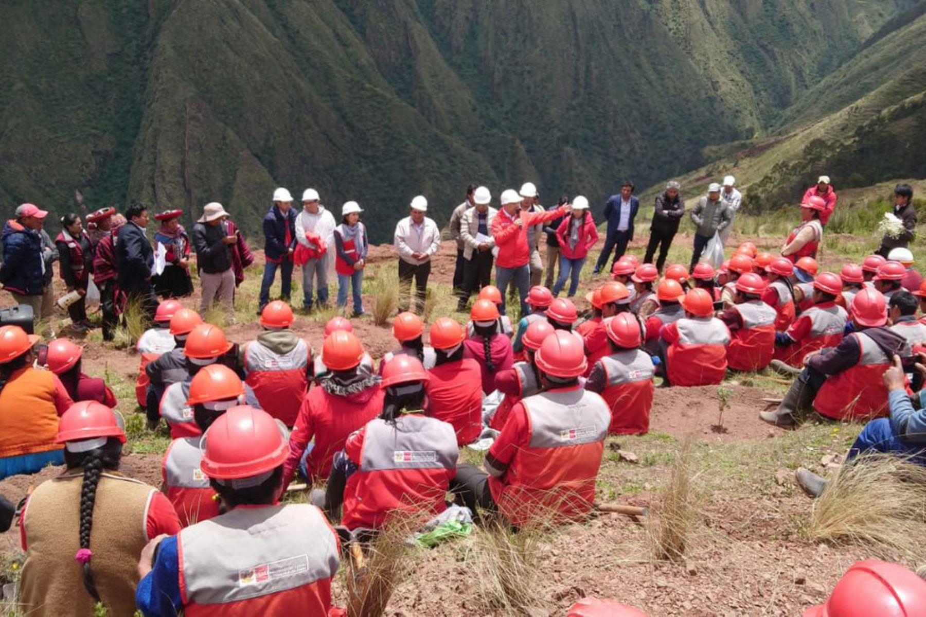 Campesinos de distrito de Chinchero, Cusco, se benefician con 120 empleos temporales.