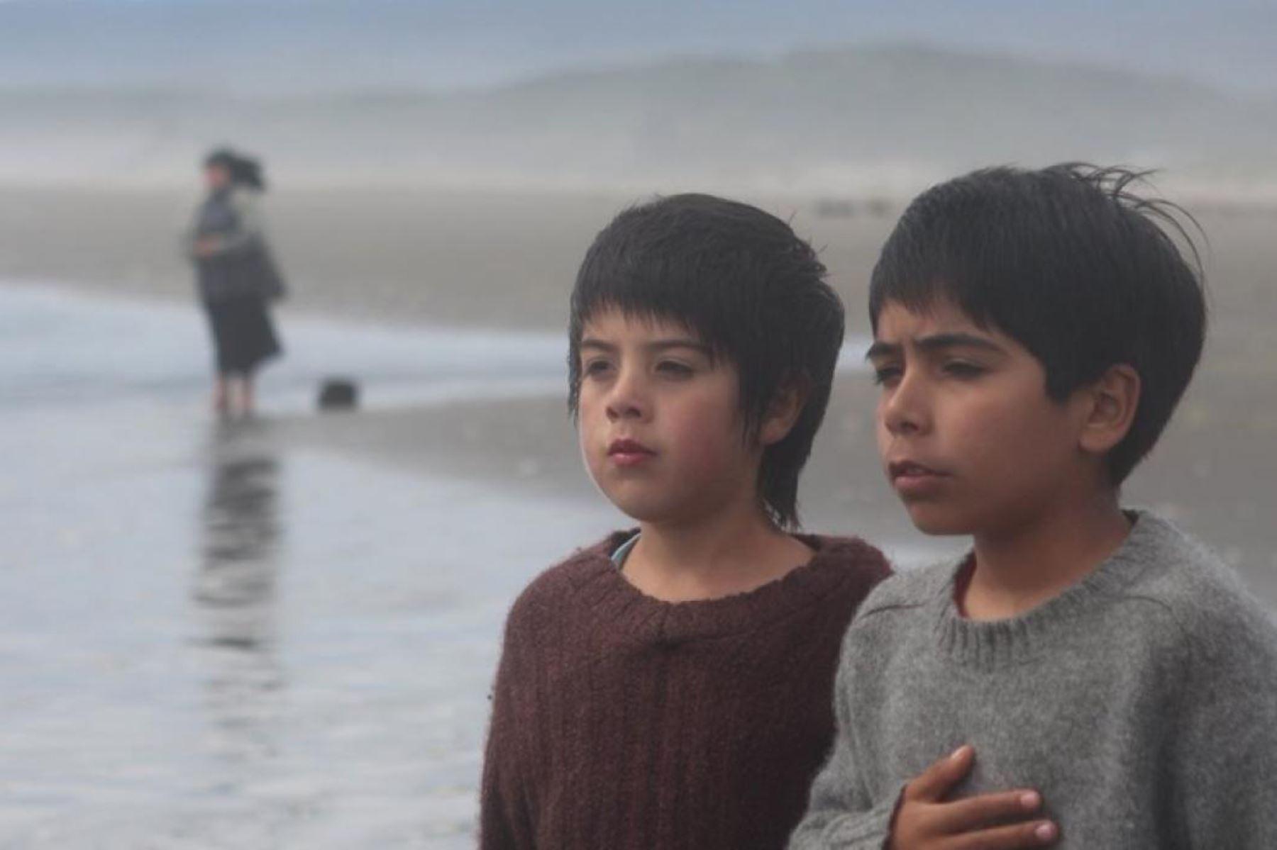 Este filme del director puneño Óscar Catacora, tiene algo de ficción pero también es un poco biográfica, pues cuenta que él vivió algunas temporadas cons us abuelos en el altiplano.