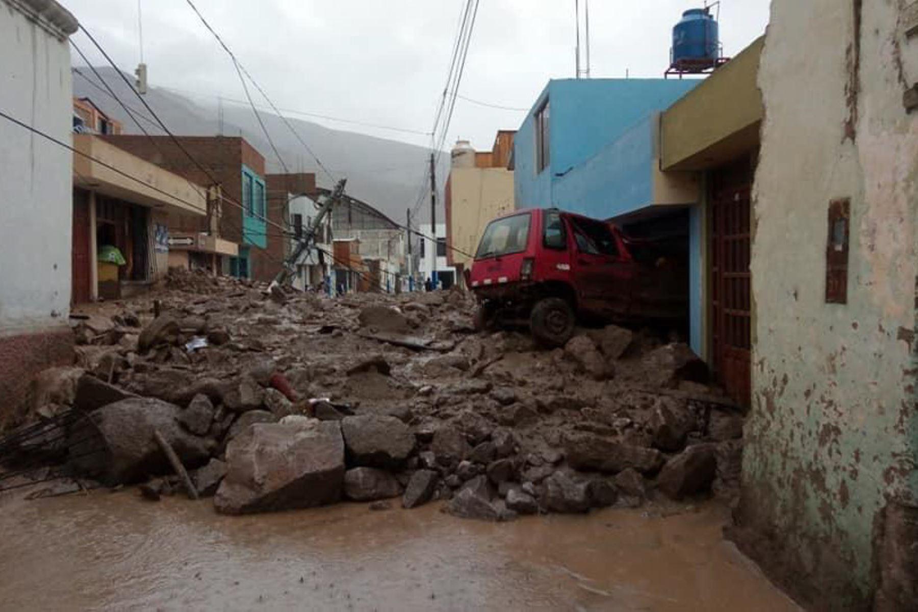 Producto de las intensas lluvias, esta tarde se registró un huaico de grandes proporciones en la ciudad de Aplao, capital de la provincia arequipeña de Castilla.