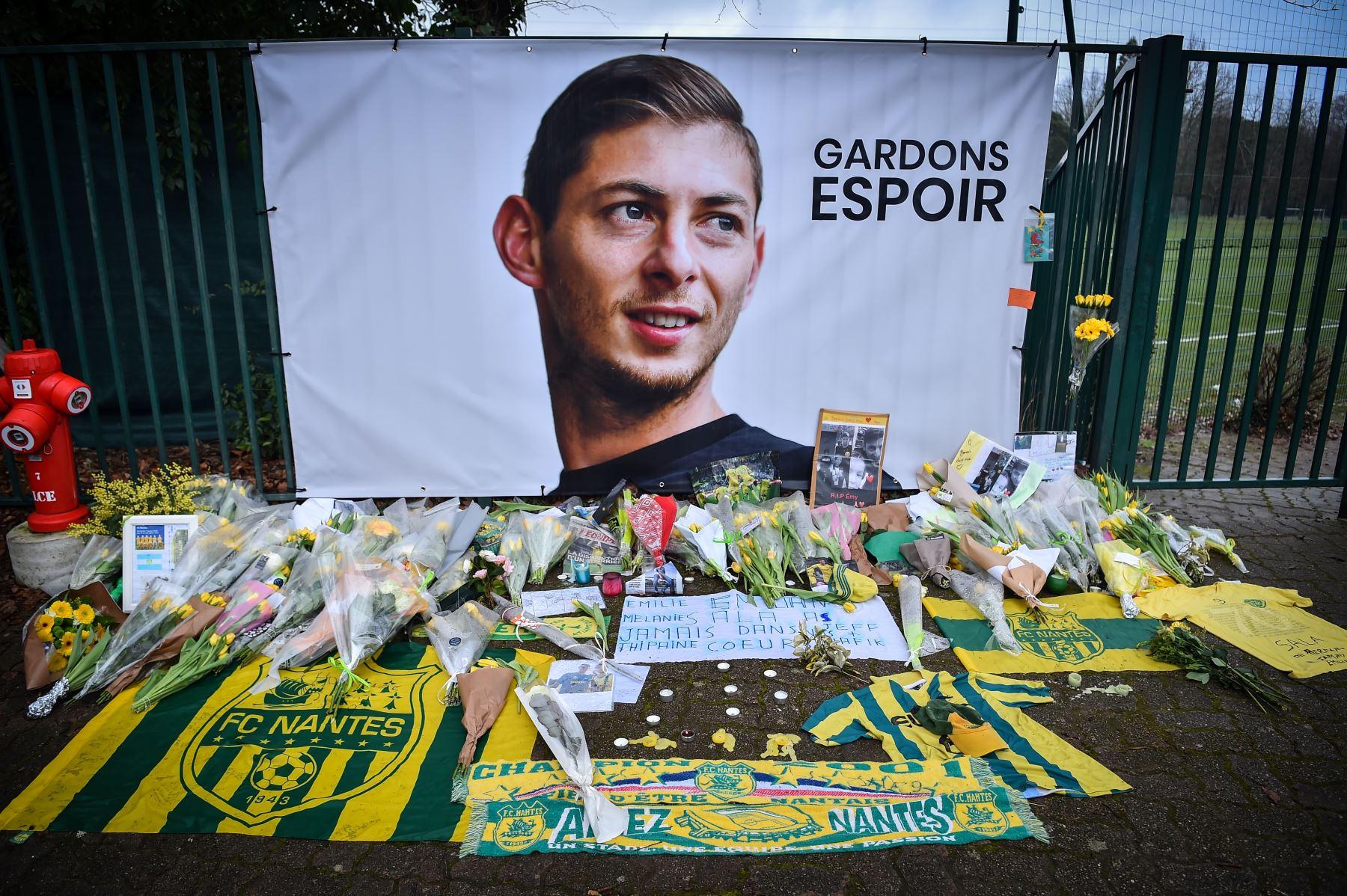 08/02/2019   Tras confirmar la identidad del cuerpo de Emiliano Sala, los hinchas lamentan su partida. Foto; AFP.