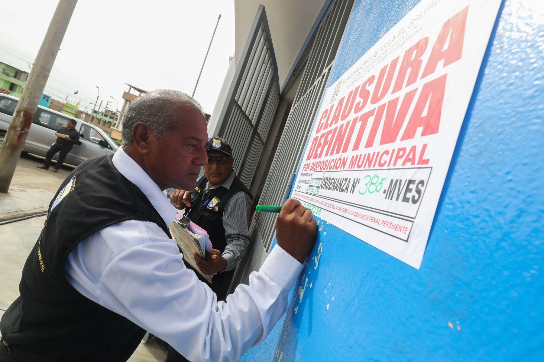 Operativo para cerrar colegios ilegales en Villa el Salvador.  Foto: ANDINA/Juan Carlos Guzmán Negrini.