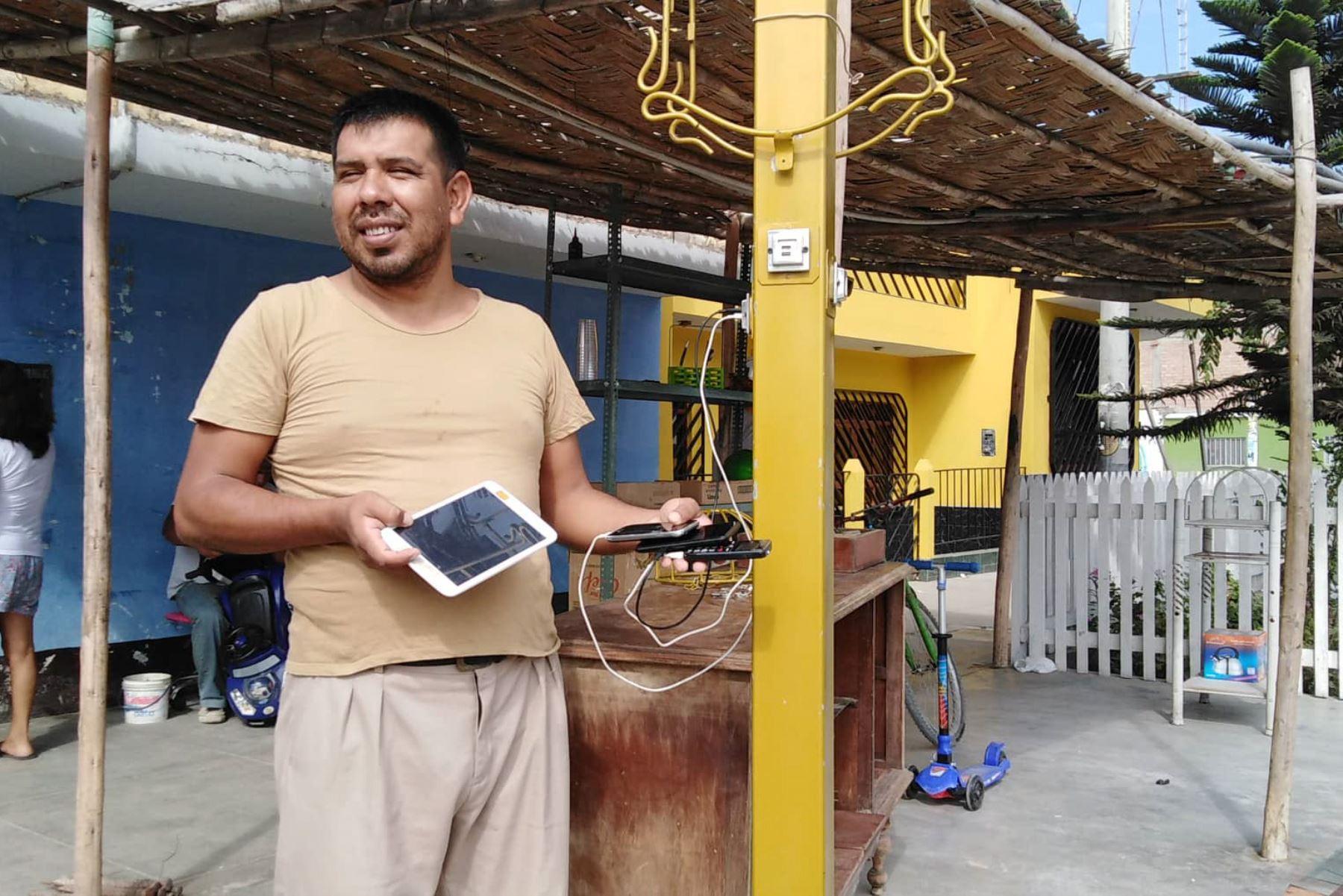 Chimbotano Percy Chávez Vásquez inventa sistema para cargar hasta 14 celulares con energía solar. ANDINA