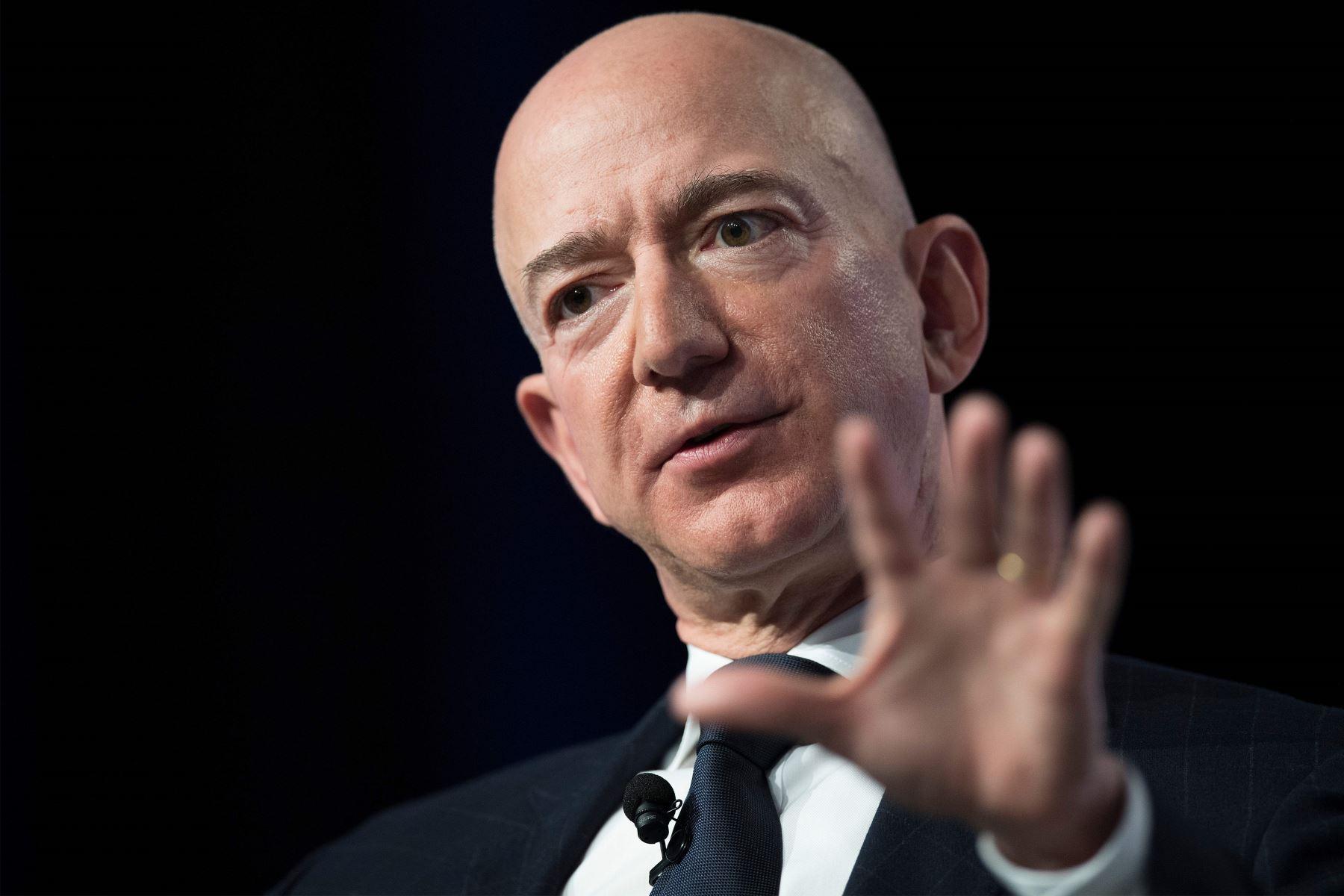 El fundador de Amazon y Blue Origin, Jeff Bezos, brinda el discurso de apertura en la Conferencia Anual sobre Aire, Espacio y Ciber de la Asociación de la Fuerza Aérea en Oxen Hill, MD. Foto: AFP