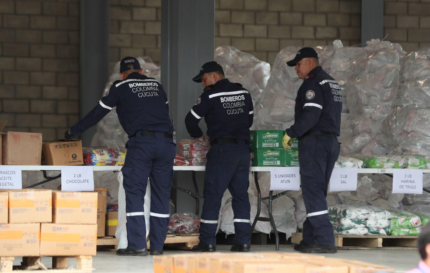 Autoridades organizan el cargamento con la ayuda humanitaria para Venezuela este viernes, en un centro de acopio dispuesto en el puente internacional de Tienditas, en Cúcuta (Colombia). Los primeros camiones con la ayuda humanitaria llegaron ayer a Cúcuta, donde se trabaja en la logística para su entrega. EFE
