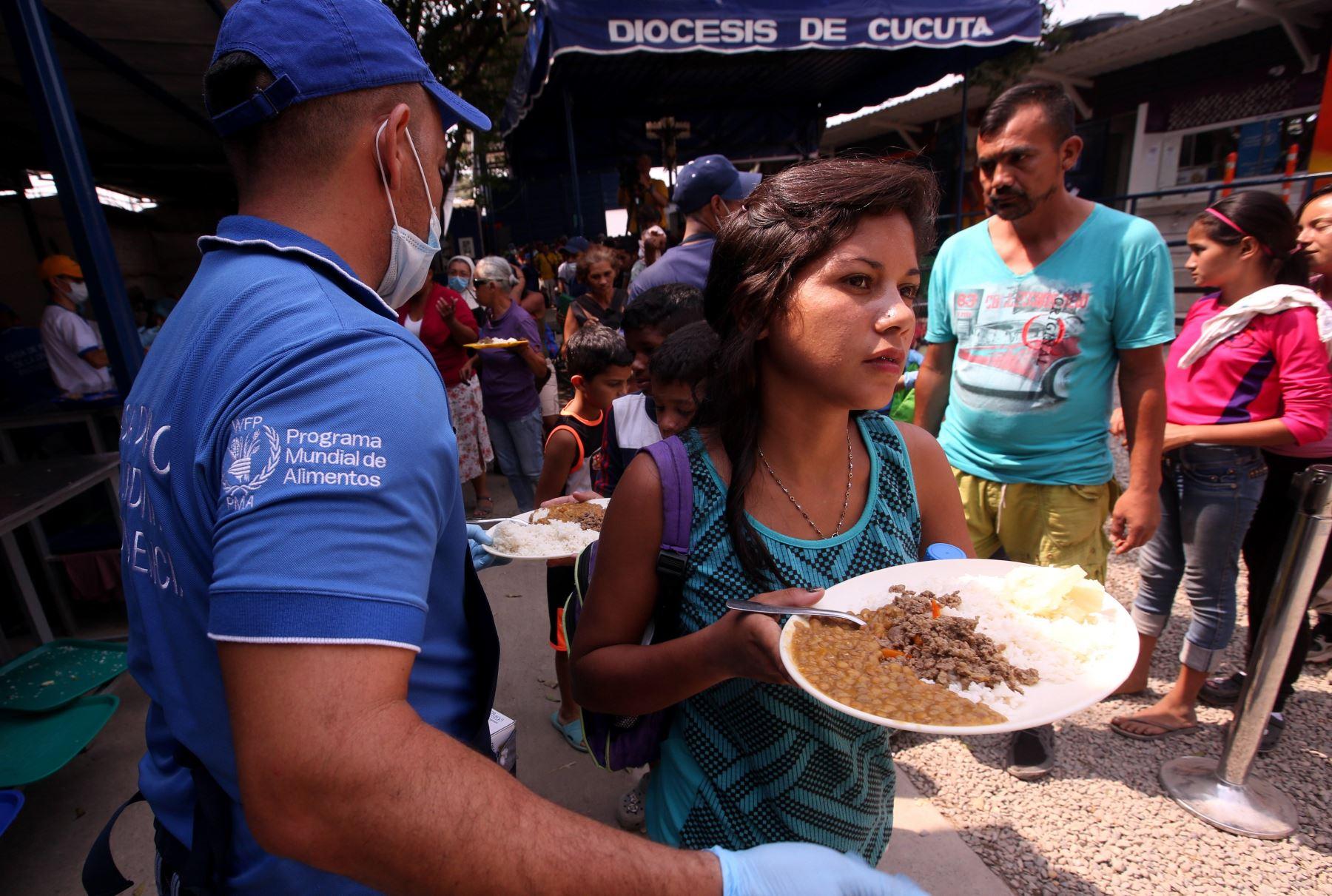 Un comedor situado a menos de un kilómetro del puente Simón Bolívar, el principal paso de la frontera colombo-venezolana, es una luz de esperanza para más de 4.000 ciudadanos venezolanos que a diario cruzan la línea limítrofe para almorzar y, con suerte, llevar algo para sus familias. EFE