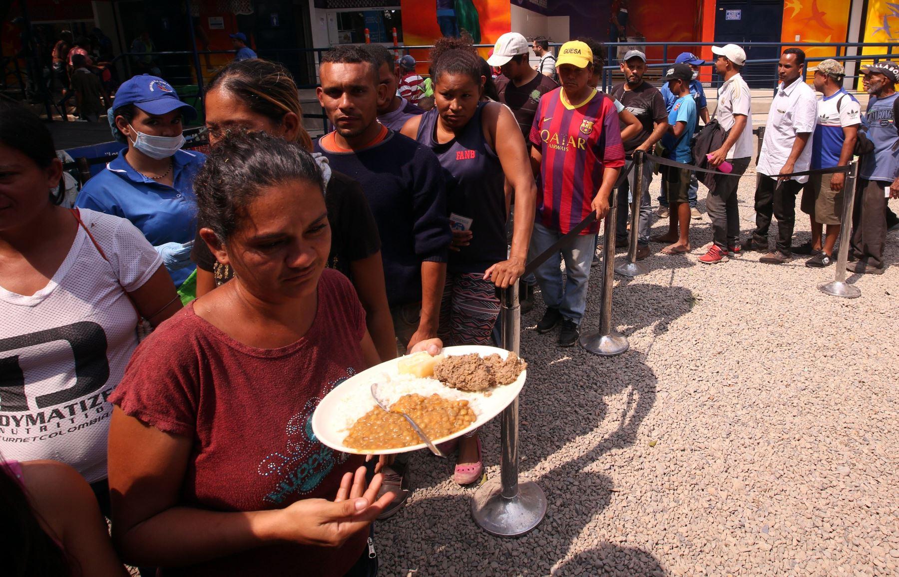 Ciudadanos venezolanos hacen fila para recibir una ración de comida en el comedor Divina Providencia, en Cúcuta (Colombia).  EFE