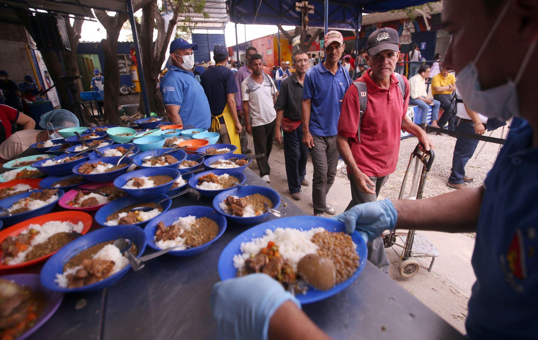 Mientras Nicolas Maduro dice que no recibirán la ayuda humanitaria que llega a Colombia por parte de la comunidad internacional, miles de venezolanos cruzan la frontera para recibir una ración de comida en Cúcuta Colombia . EFE