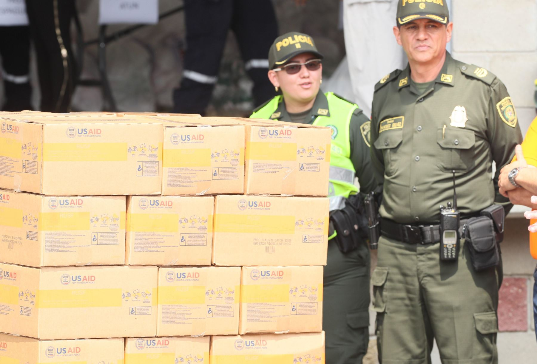 Miembros de la policía de Colombia custodian el cargamento con la ayuda humanitaria para Venezuela este viernes, en un centro de acopio dispuesto en el puente internacional de Tienditas, en Cúcuta (Colombia). EFE