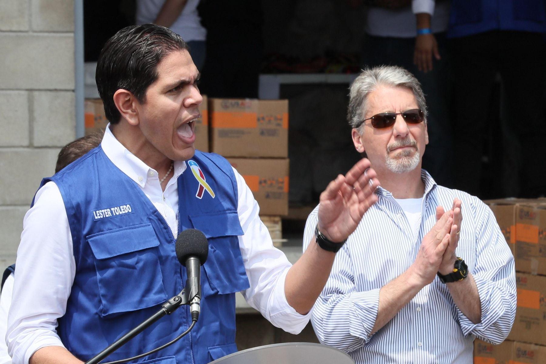 Lester Toledo, representante de la delegación venezolana dispuesta por el jefe del Parlamento, Juan Guaidó, quien se proclamó presidente interino de ese país, habla junto al embajador de Estados Unidos en Colombia, Kevin Whitaker. Foto: EFE.