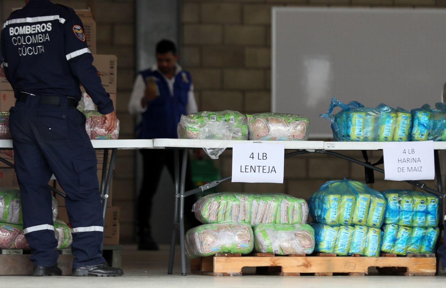 Los primeros camiones con la ayuda humanitaria llegaron ayer a Cúcuta, donde se trabaja en la logística para su entrega. EFE