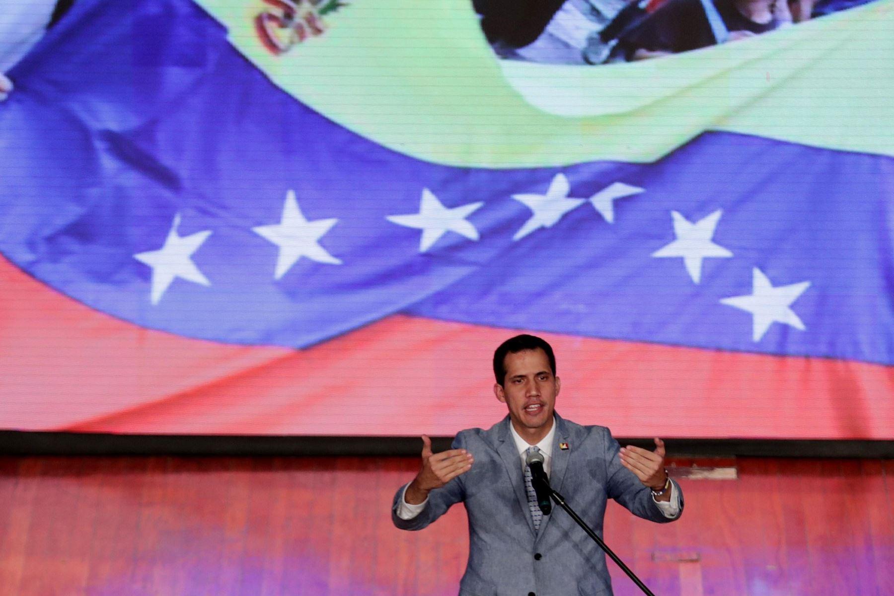 El jefe del Parlamento, Juan Guaidó, quien se proclamó presidente encargado de Venezuela hace más de dos semanas, habla durante un acto en la Universidad Central de Venezuela. Foto: Efe.