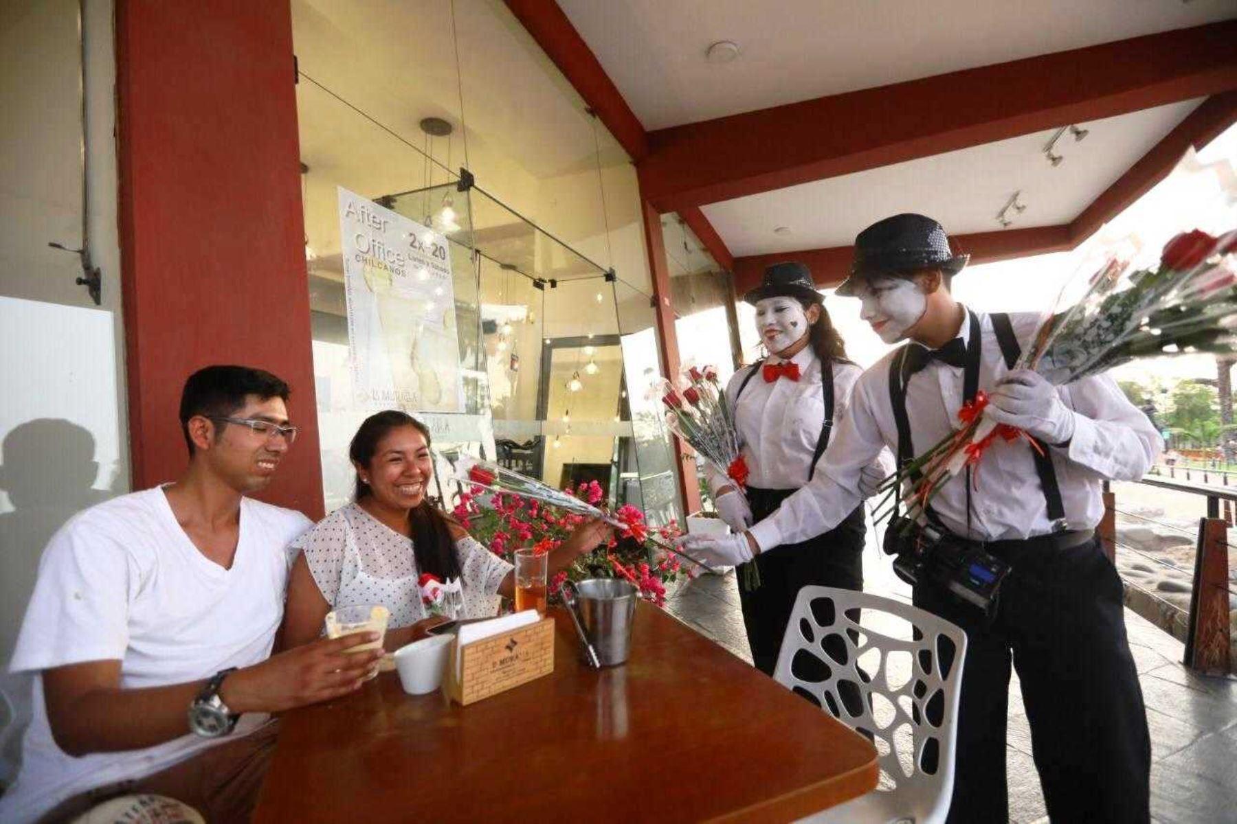 c8a4ab49ec8ae Celebra San Valentín en los clubes zonales de Lima. Foto  ANDINA Difusión.