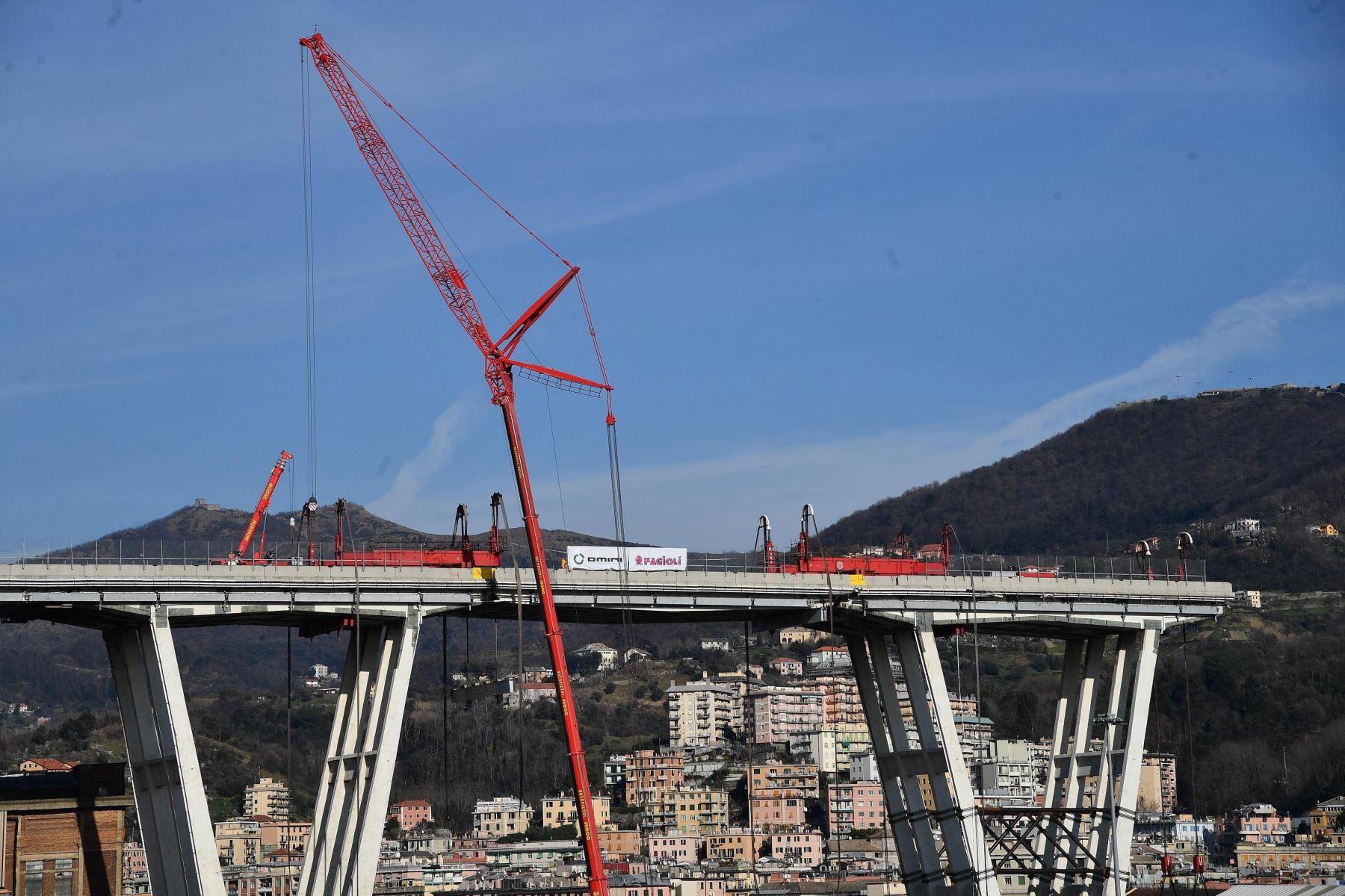 Varios operarios y expertos participan en el derrumbe del puente Morandi, este viernes en Génova (Italia). Foto: Efe.