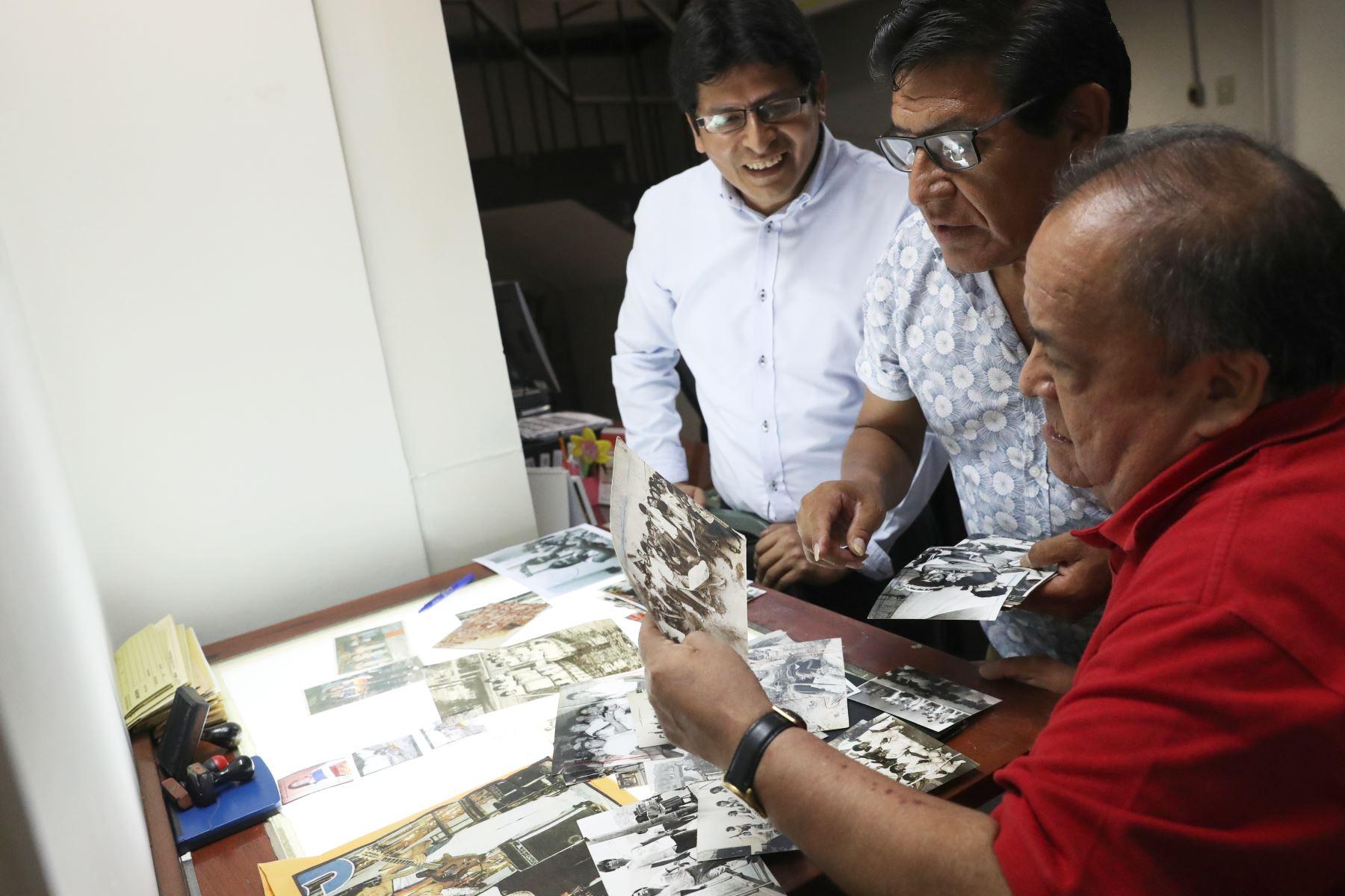 El encargado del archivo fotográfico los hizo disfrutar reviviendo  momentos cuando les mostró fotografías suyas en sus años de mayor fama. Foto: ANDINA/Melina Mejía