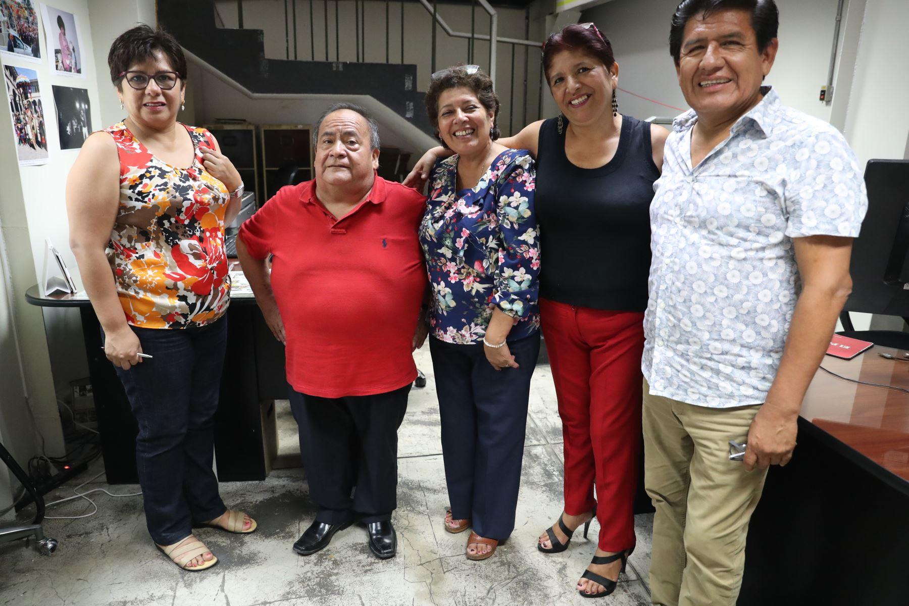 Muchos trabajadores de Andina y El Peruano pudieron fotografiarse con Los Shapis. Foto: ANDINA/Melina Mejía