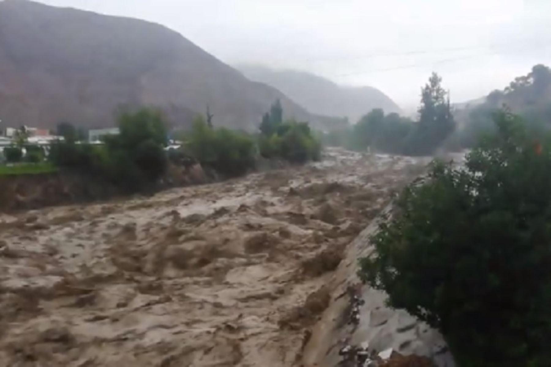 El desborde del río Moquegua, provocado por las intensas lluvias, afectó a 120 viviendas, siete puentes, un centro educativo, así como a la planta de tratamiento de agua de Yunguyo, informó el Instituto Nacional de Defensa Civil (Indeci). ANDINA/Difusión