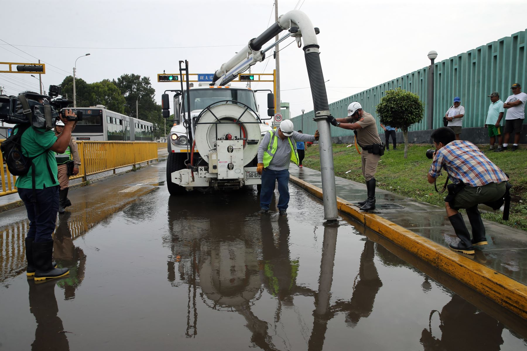Rotura de tuberia de agua potable,causa aniego en las calles de Chorrillos .Foto: ANDINA/Norman Córdova