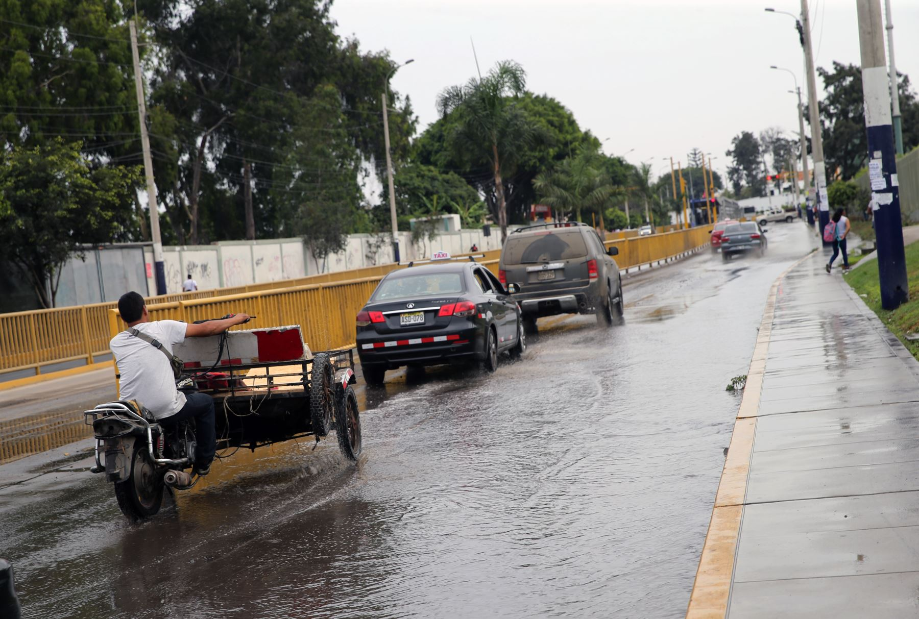 Rotura de tubería de agua potable,causa aniego en calles de  Chorrillos.Foto: ANDINA/Norman Córdova