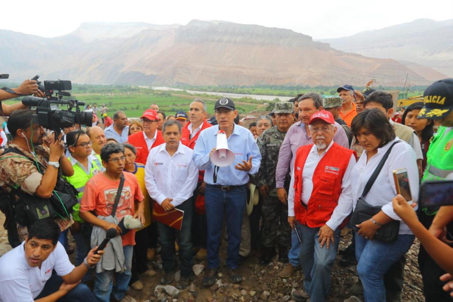 Presidente Martín Vizcarra inspecciona zonas afectadas por huaicos en Aplao, Arequipa.