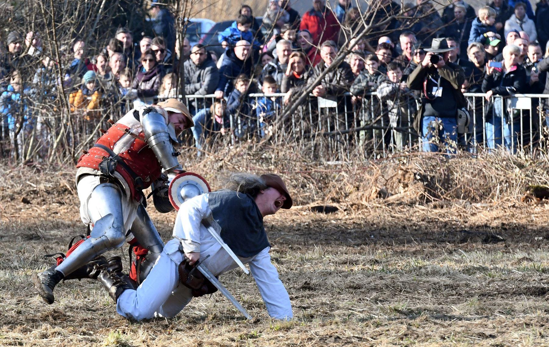 Actores en trajes de época actúan mientras reanudan la legendaria batalla en Stubicko polje en Donja Stubica, . La batalla, que tuvo lugar el 9 de febrero de 1573, fue la batalla final de la famosa Revuelta Campesina en la que los campesinos locales lideraron Matija Gubec se enfrentó al ejército imperial y al local barón Franjo Tahi. AFP