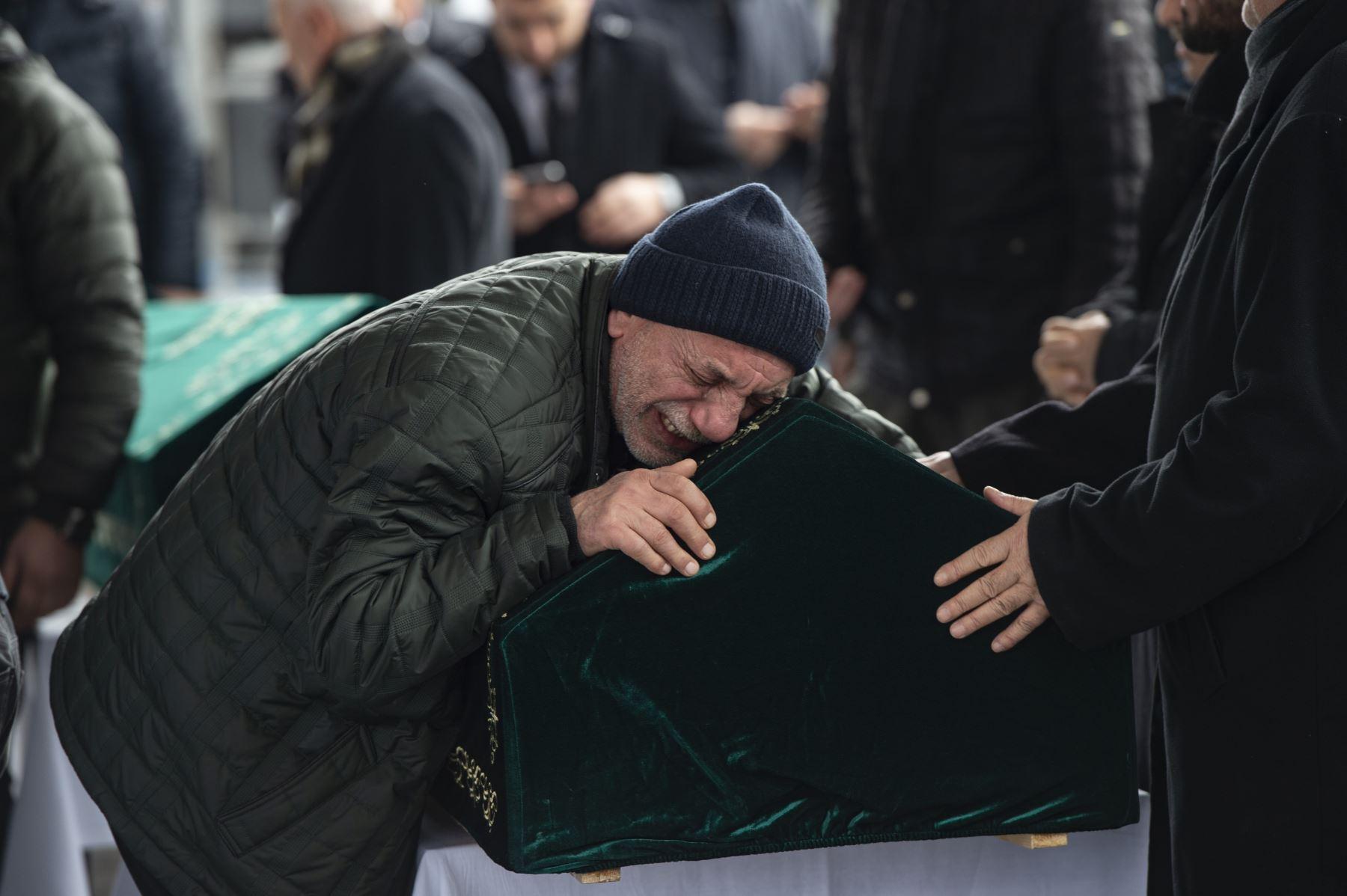 """La gente lloraba durante el funeral de nueve víctimas de un colapso en el distrito de Kartal de la ciudad, en la mezquita de los Mártires en Estambul, Turquía, . El número de muertos por el colapso del edificio de apartamentos de ocho pisos aumentó a 17 como dijo el presidente Erdogan el 9 de febrero, las autoridades tienen """"lecciones para aprender"""" del incidente. AFP"""