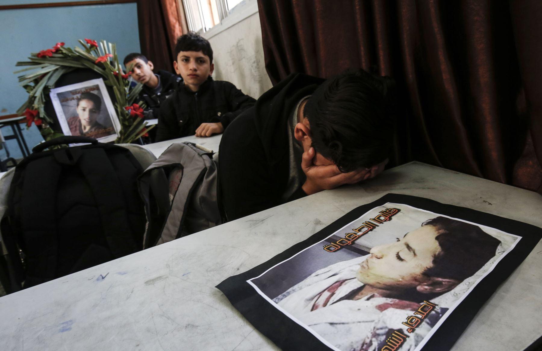 """Los compañeros de clase de Hassan Shalabi, de 14 años, lloran su muerte en su escuela en Khan Yunis, en el sur de la Franja de Gaza, . Dos adolescentes palestinos fueron asesinados por fuego israelí ayer, durante los enfrentamientos en la frontera de Gaza, el Ministerio de Salud de El enclave dirigido por Hamas dijo. Shalabi, fue asesinado por """"fuego vivo en el cofre al este de Khan Yunis"""", dijo el ministerio. AFP"""