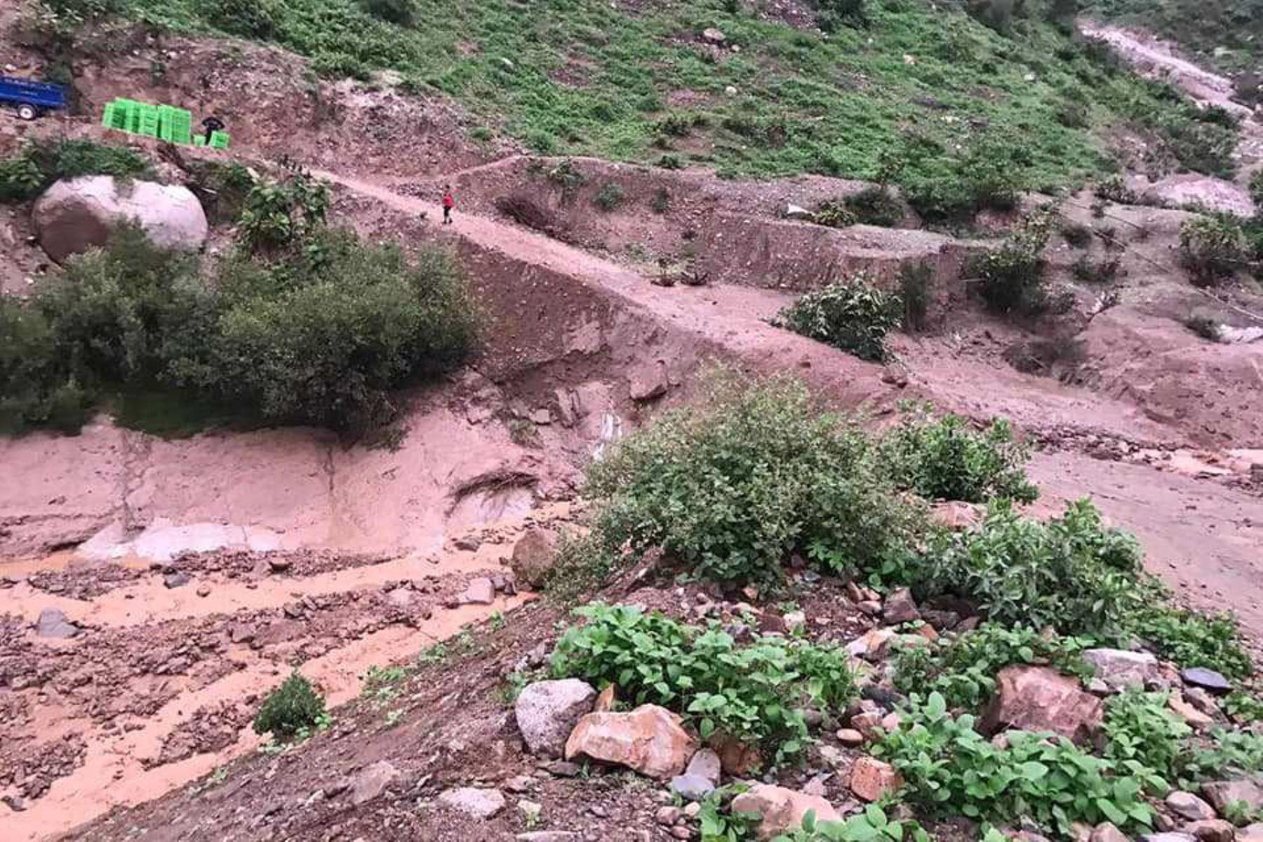 Lluvias intensas activaron al menos dos quebradas en el distrito de Pamaparomás, provincia de Huaylas, región Áncash, afectando la comunicación terrestre en varios caseríos, se informó hoy.