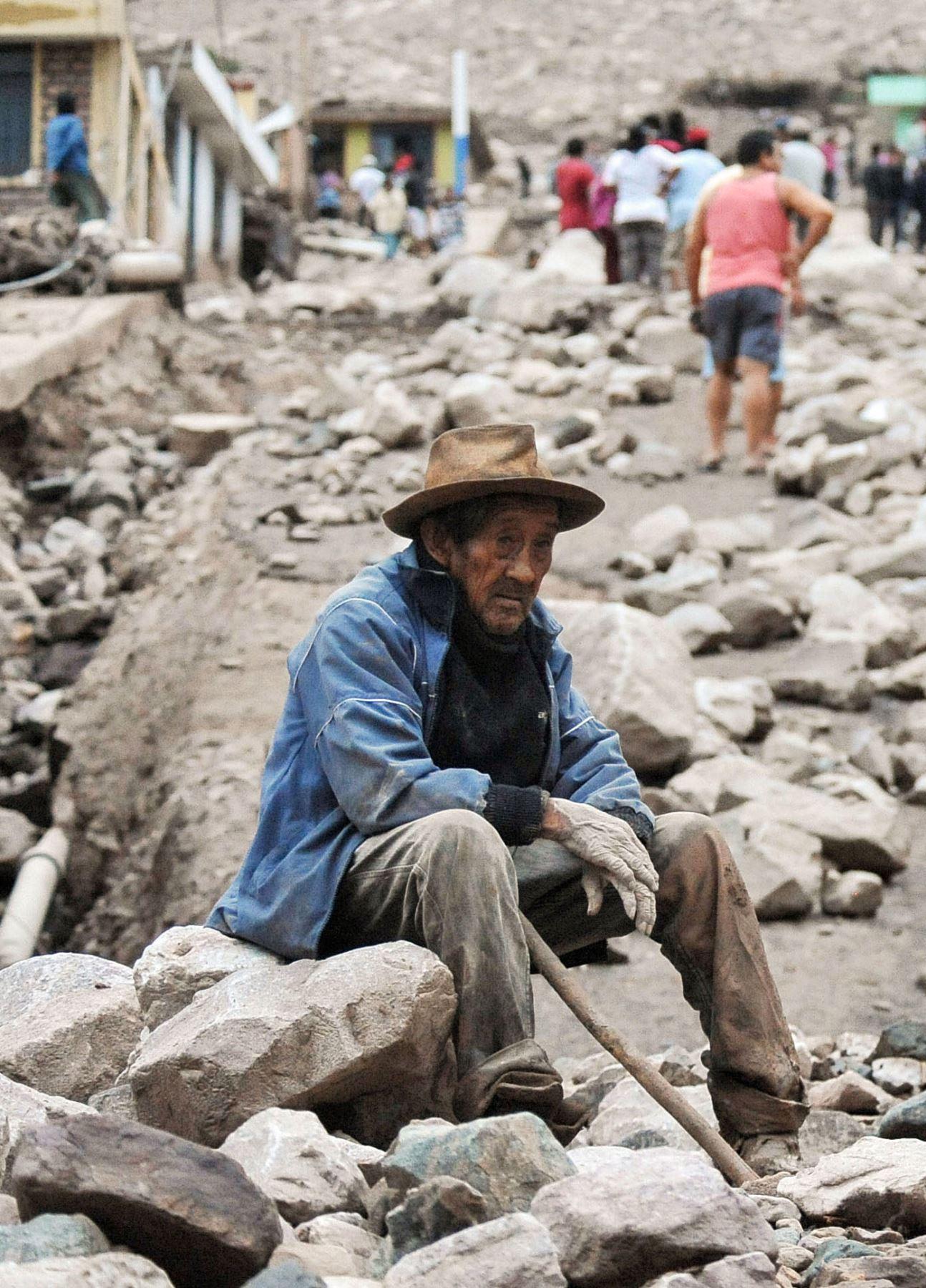 Un hombre se sienta en una roca en medio de los escombros un día después de un deslizamiento de tierra provocado por fuertes lluvias, que afectó a la aldea rural de Aplao, región de Arequipa, Perú. Las autoridades informaron que al menos cinco personas murieron durante los deslizamientos de tierra que afectaron a dos pueblos. Km. separados entre sí en el municipio andino de Río Grande en la región de Arequipa, al sur del Perú. AFP