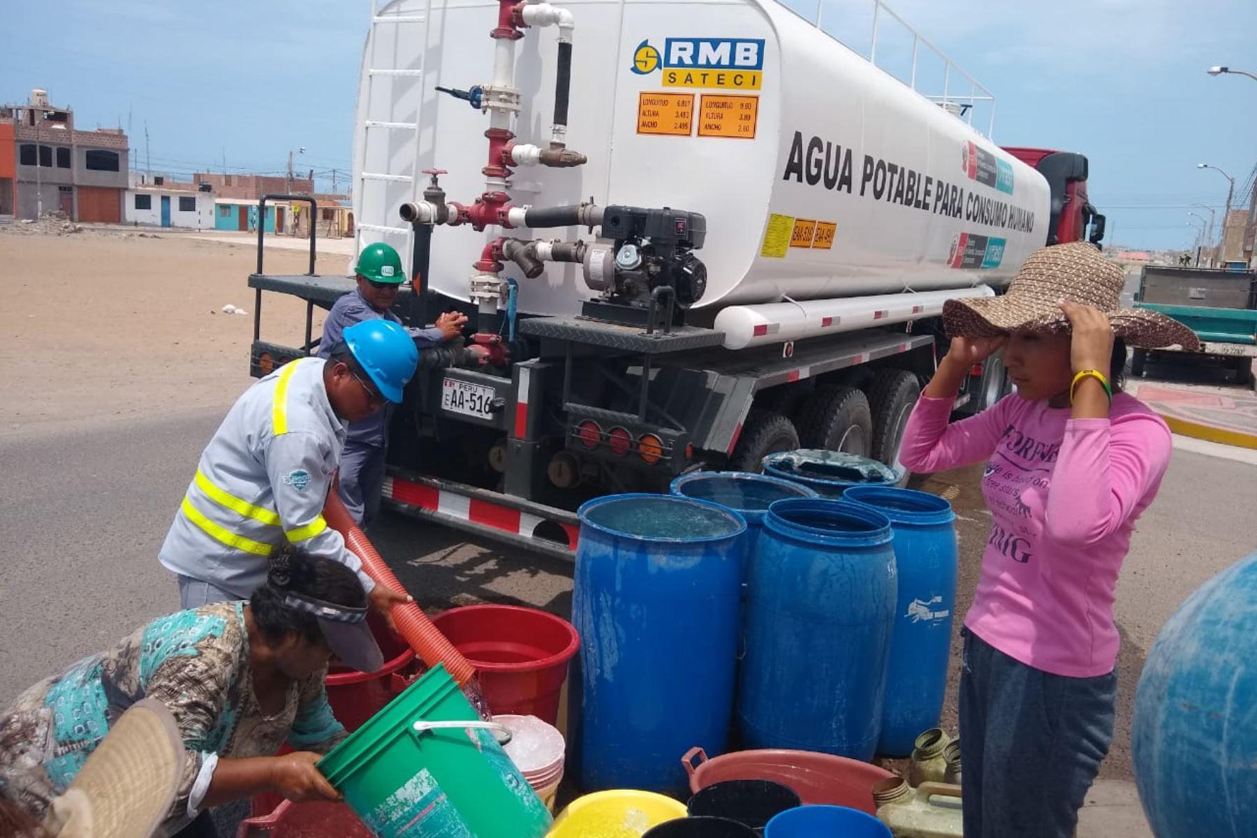Como parte del plan de contingencia ante la temporada de lluvias, OTASS distribuye agua para el consumo humano en Ilo (Moquegua).
