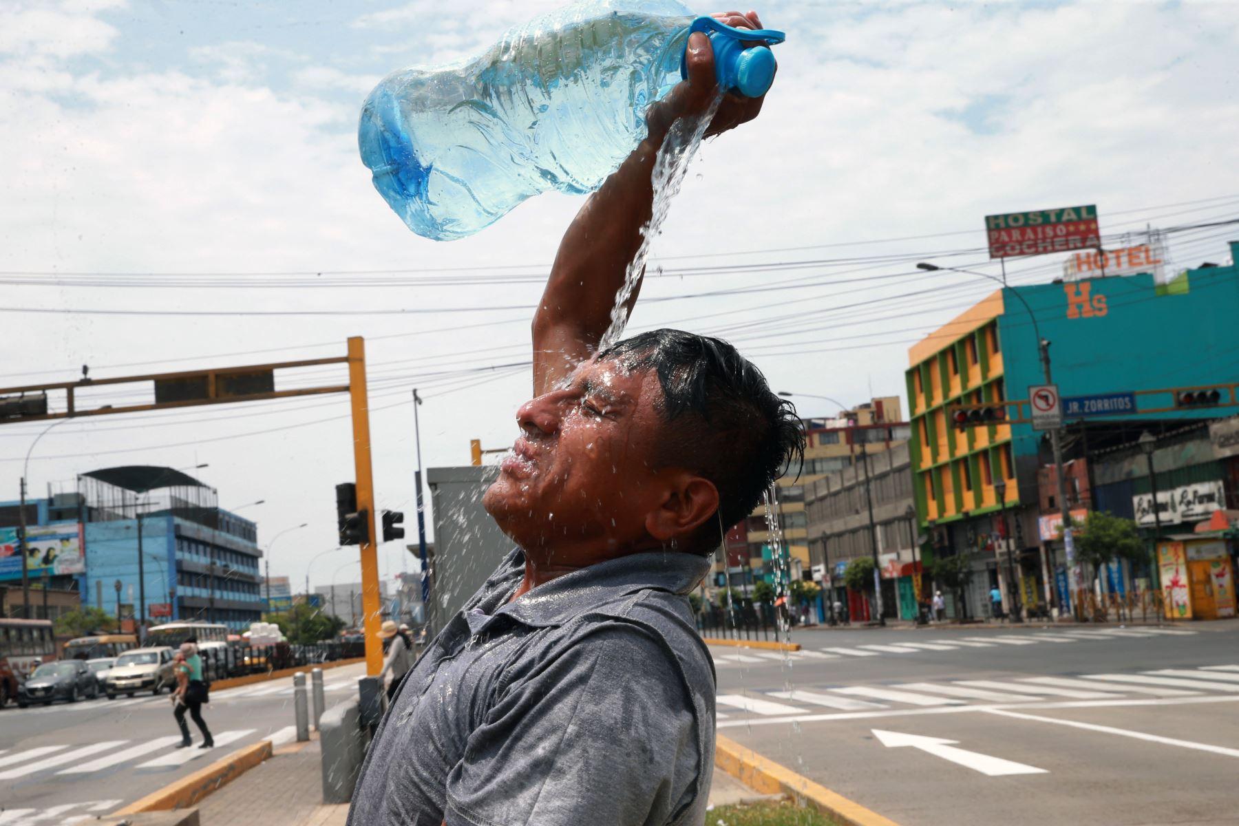 Hombre se hecha agua de una botella para soportan el incesante calor de Lima. Foto: ANDINA/Norman Córdova