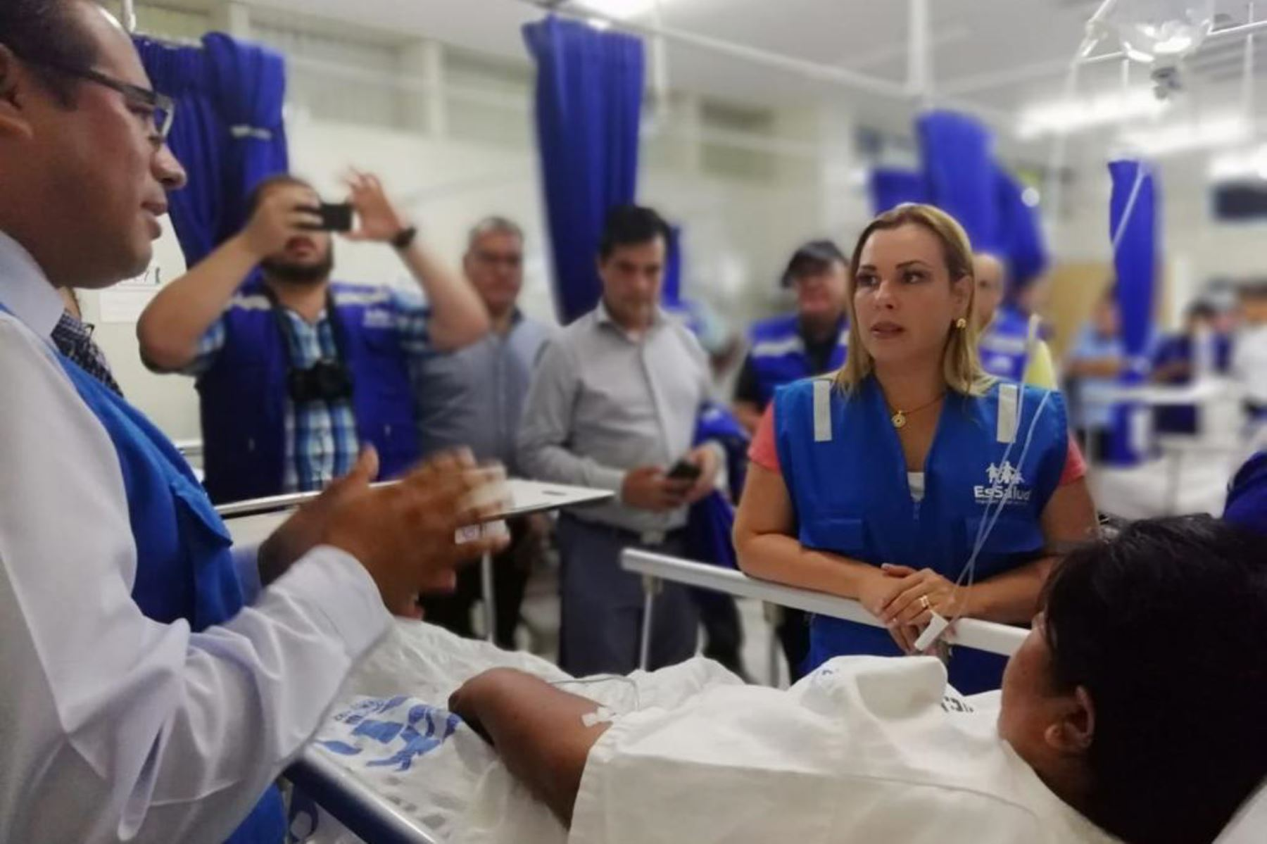 La presidenta ejecutiva de EsSalud, Fiorella Molinelli, supervisa la atención médica a los pobladores afectados por las intensas lluvias en el sur peruano.