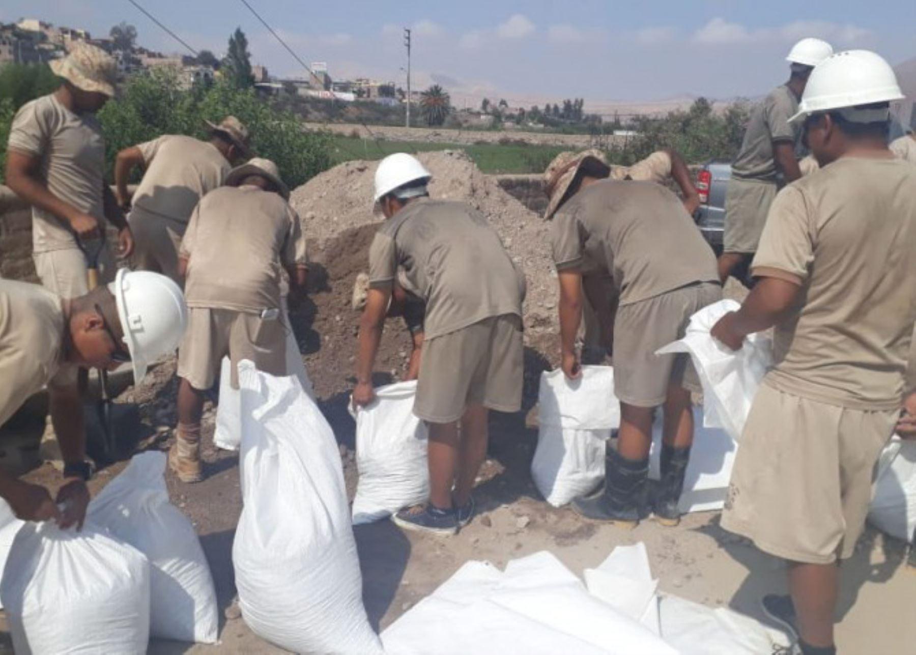 Ejército brinda apoyo a afectados por lluvias en Moquegua.