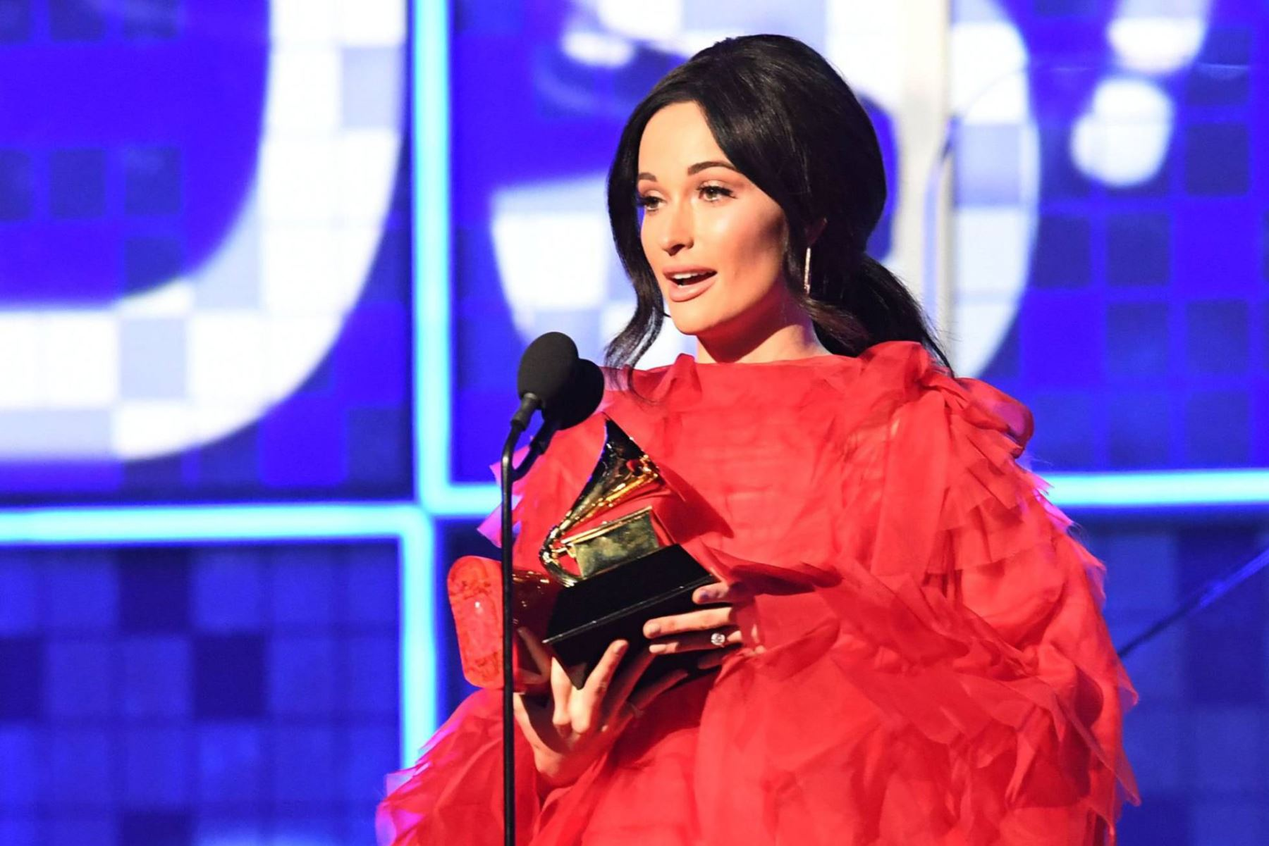 La cantante tejana Kacey Musgraves con el Grammy al Álbum del Año.