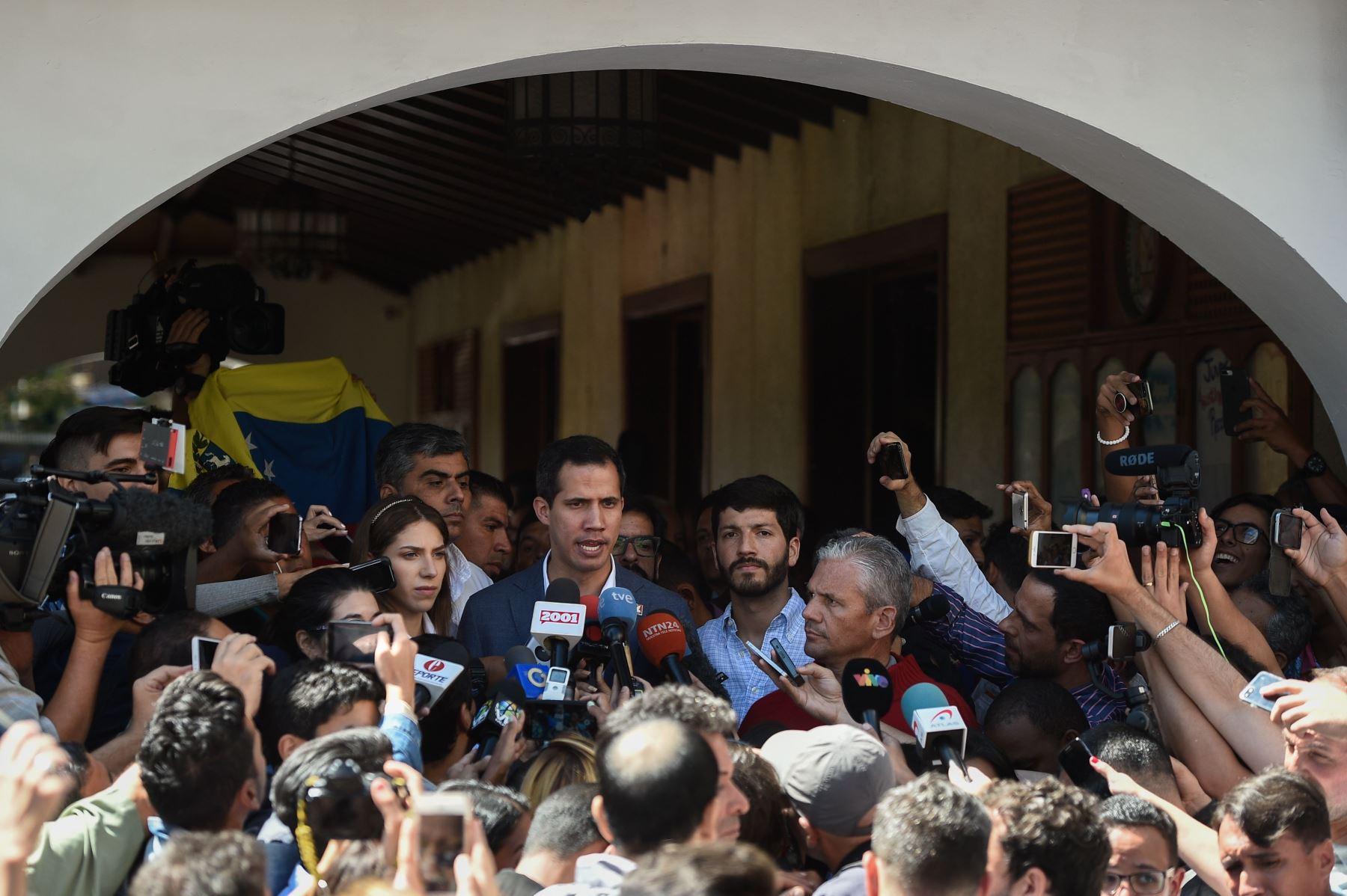 El jefe de la Asamblea Nacional de Venezuela y el autoproclamado presidente interino Juan Guaido (C) habla a la prensa junto a su esposa, Fabiana Rosales (L), después de asistir a una misa en la iglesia de Nuestra Señora Guadalupe en Caracas el 10 de febrero de 2019. Foto: AFP